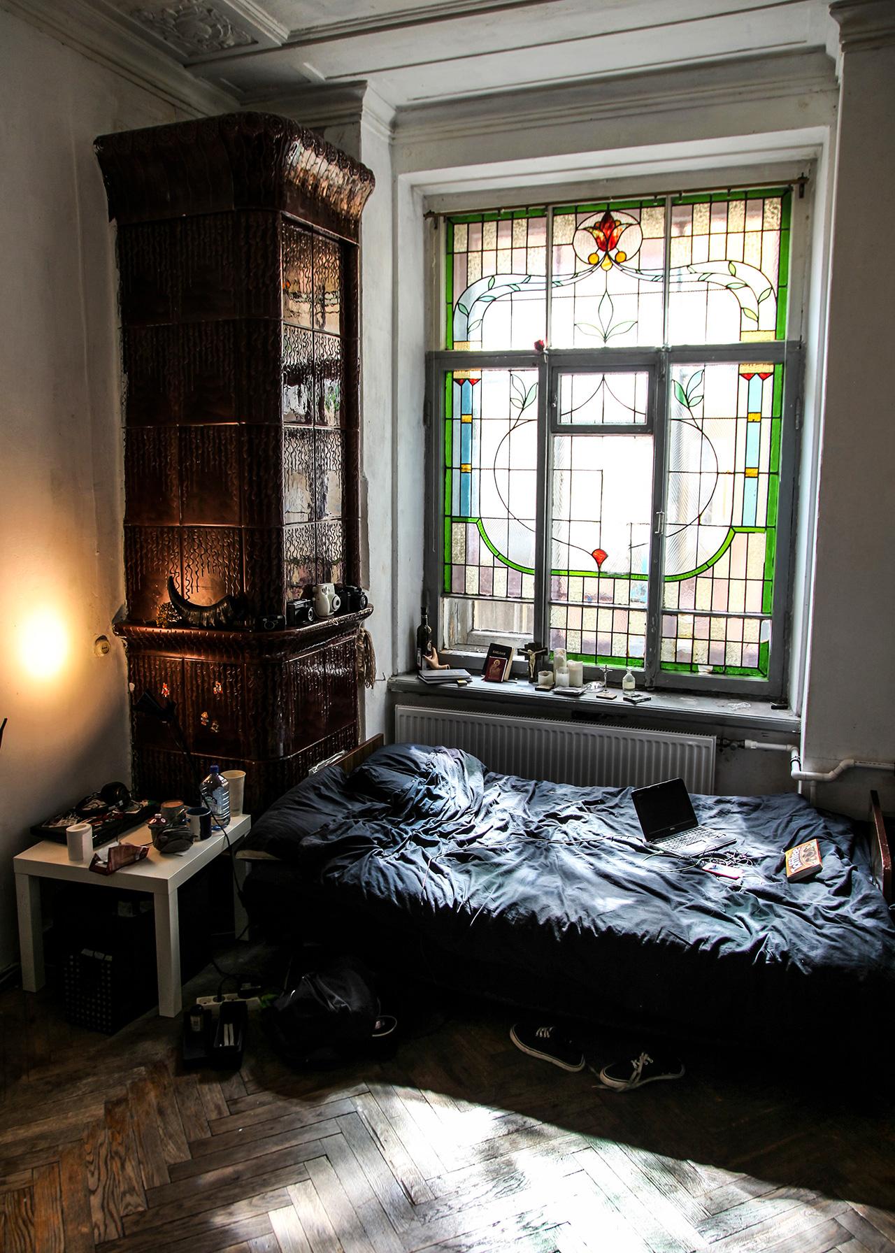 """""""Посетих първия комунален апартамент преди година. Шест месеца след като започнах да събирам снимки от сайтове за недвижими имоти"""", разказва Максим. """"Започнах да го правя, когато осъзнах, че интериорът на апартаментите в Санкт Петербург изобщо не е изучаван, и че най-добрите примери за него са в комуналките""""."""