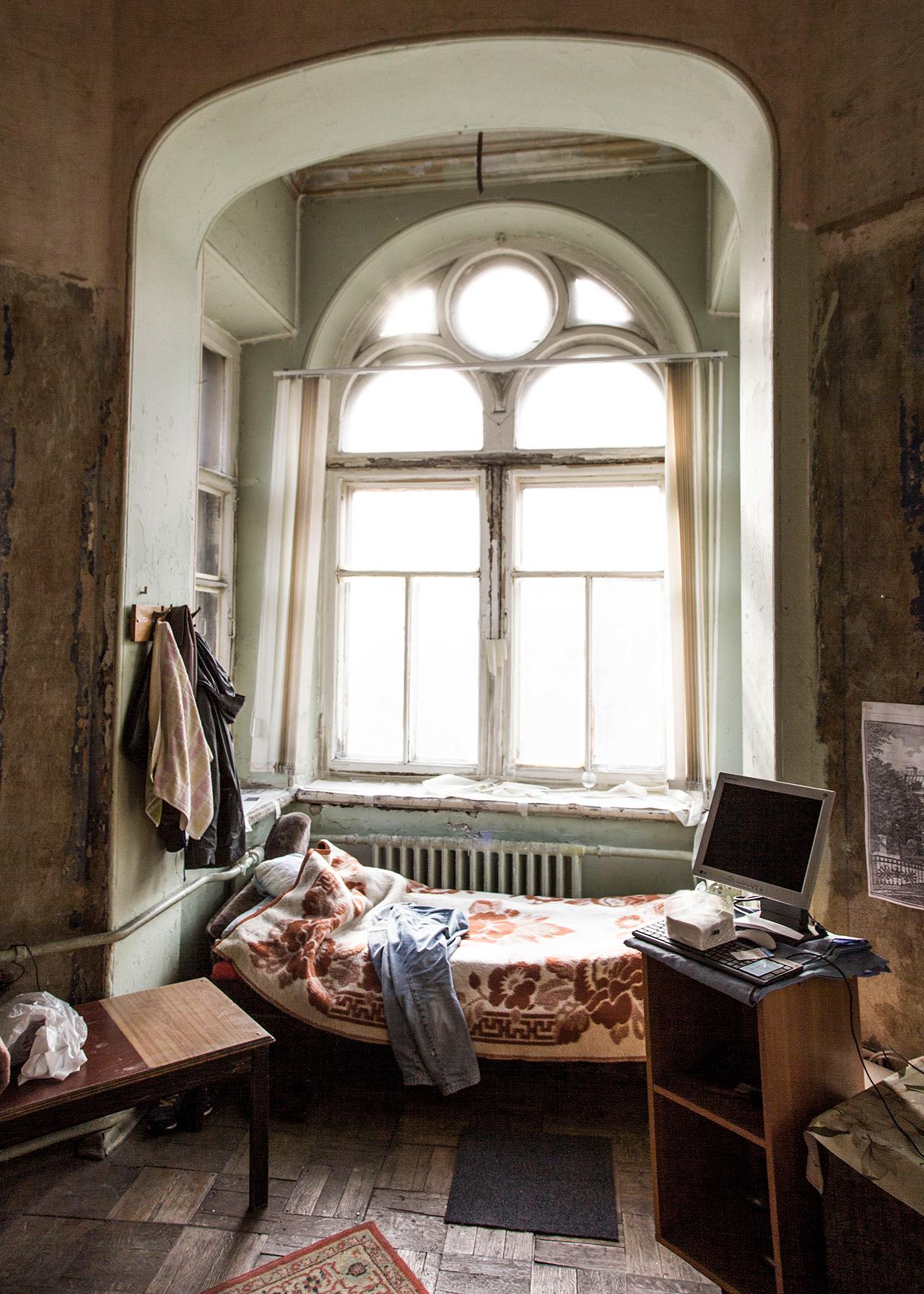 За самия основател на проекта Максим Космин интериорът на комуналните апартаменти е хоби. Като дете той живеел в покрайнините на Санкт Петербург в нормален апартамент, но се мести в старо жилище преди няколко години, защото иска да живее в историческа сграда с високи тавани.
