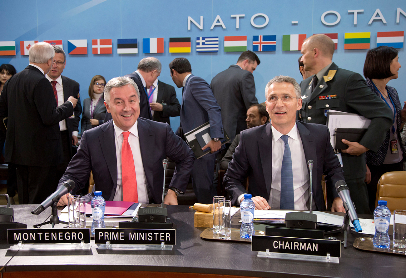 Sekjen NATO Jens Stoltenberg (kanan) dan mantan Perdana Menteri Montenegro Milo Đukanović (kiri) dalam sebuah pertemuan di markas NATO di Brussel pada 19 Mei 2016.