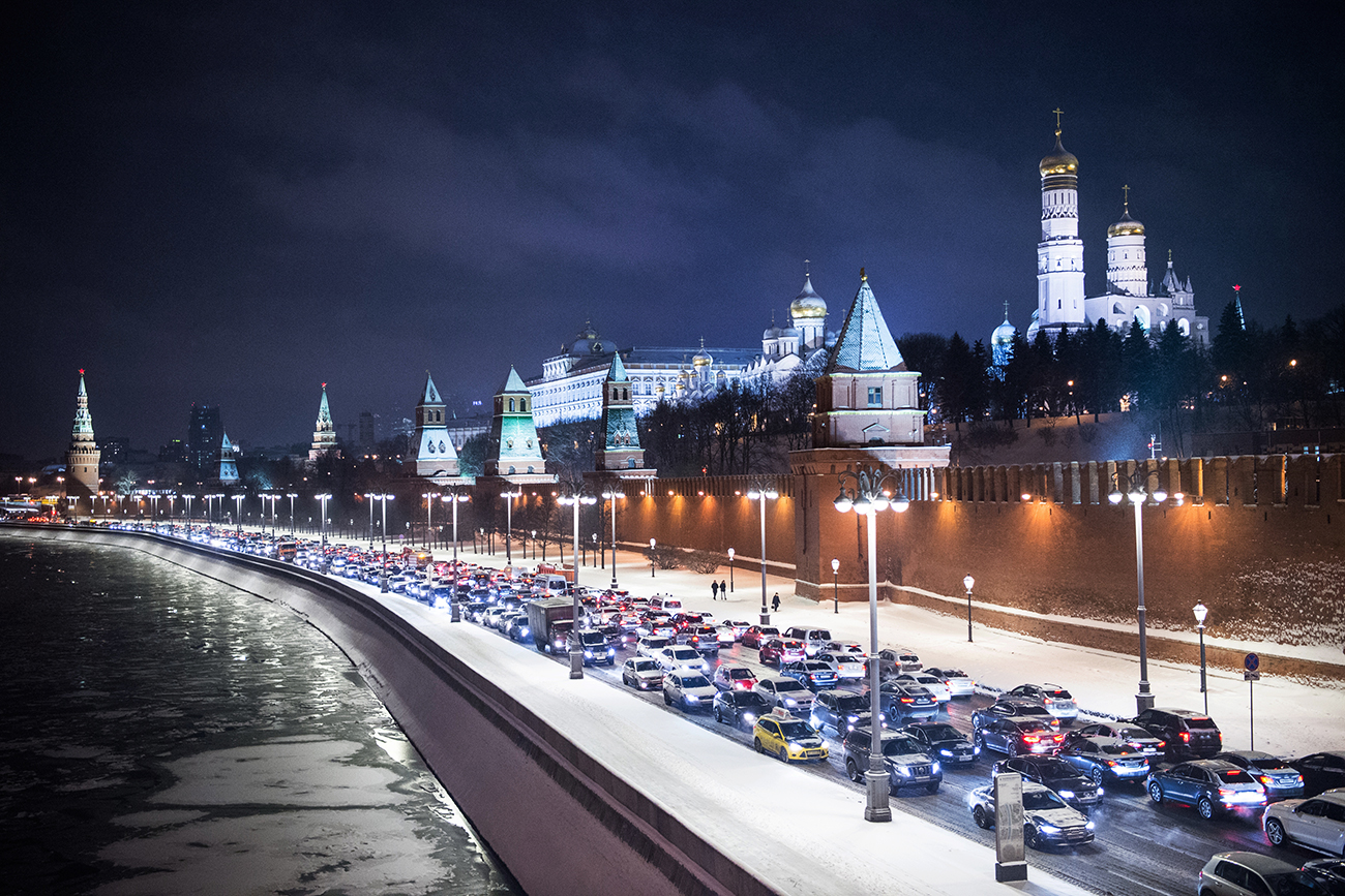 Russians are spending a bigger share of their income on fuel than Americans. Photo: Traffic congestion on Kremlyovskaya Embankment in Moscow.