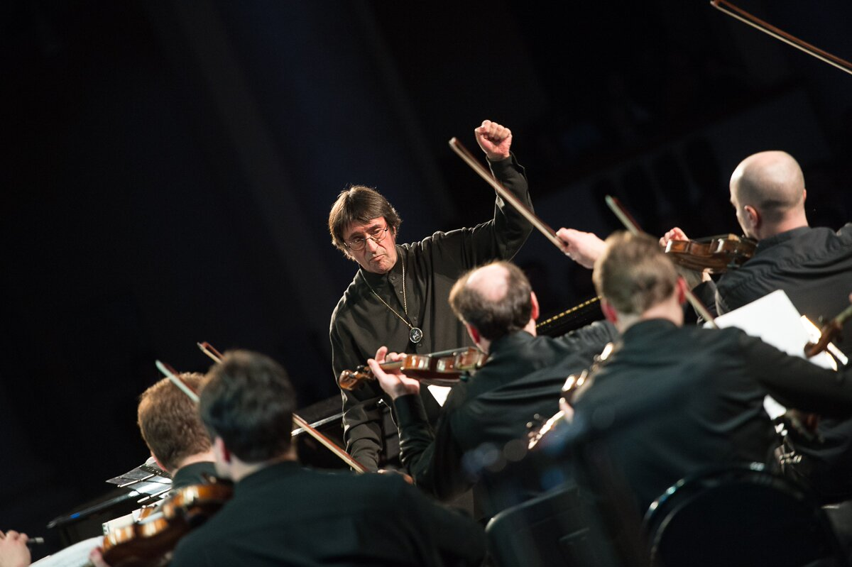 """Yuri Bashmet conducts the """"Moscow Soloists"""" Chamber Orchestra during the festival in Sochi. Source: Alexei Molchanovsky / Press photo"""