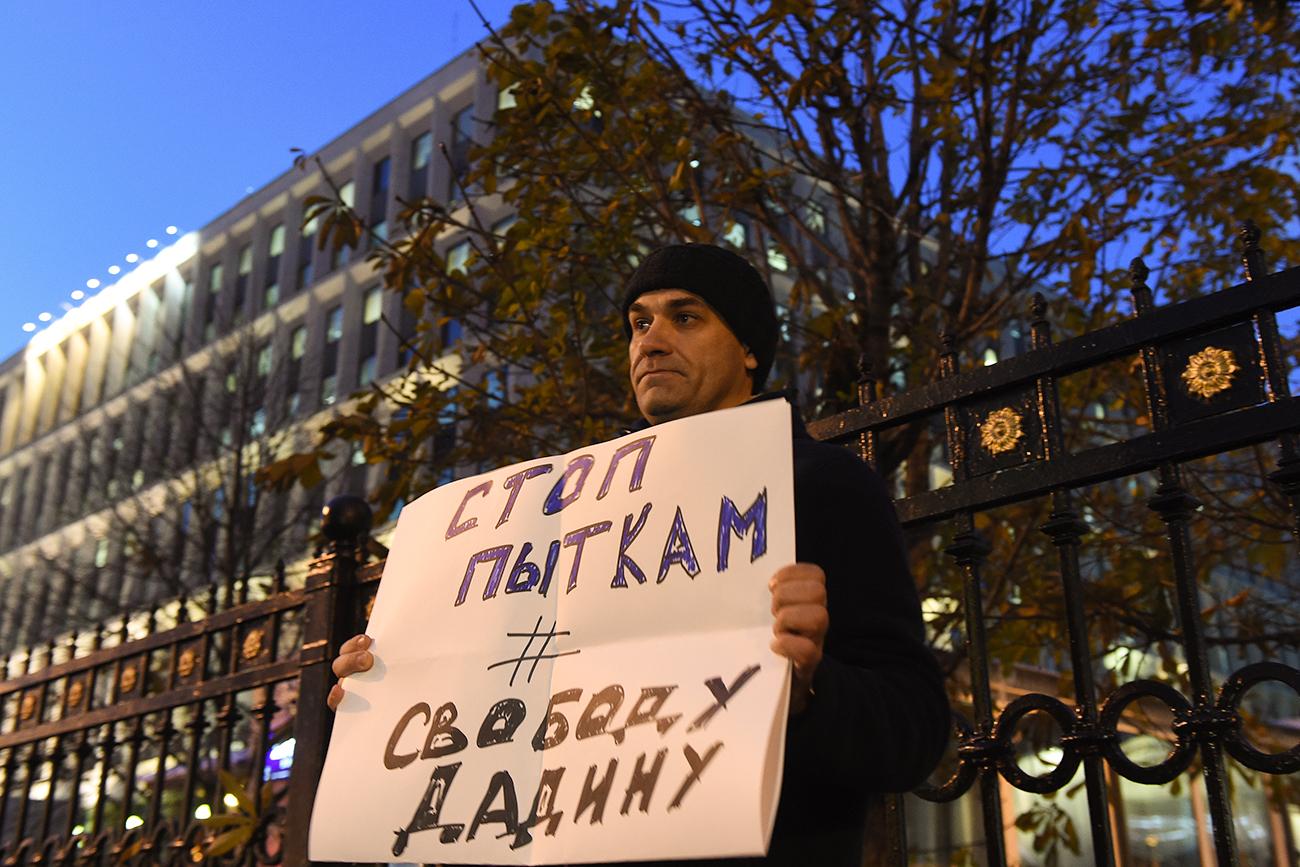 """""""Arrêtez les tortures, libérez Dadin"""", lit-on sur la pancarte. Crédit : AFP"""