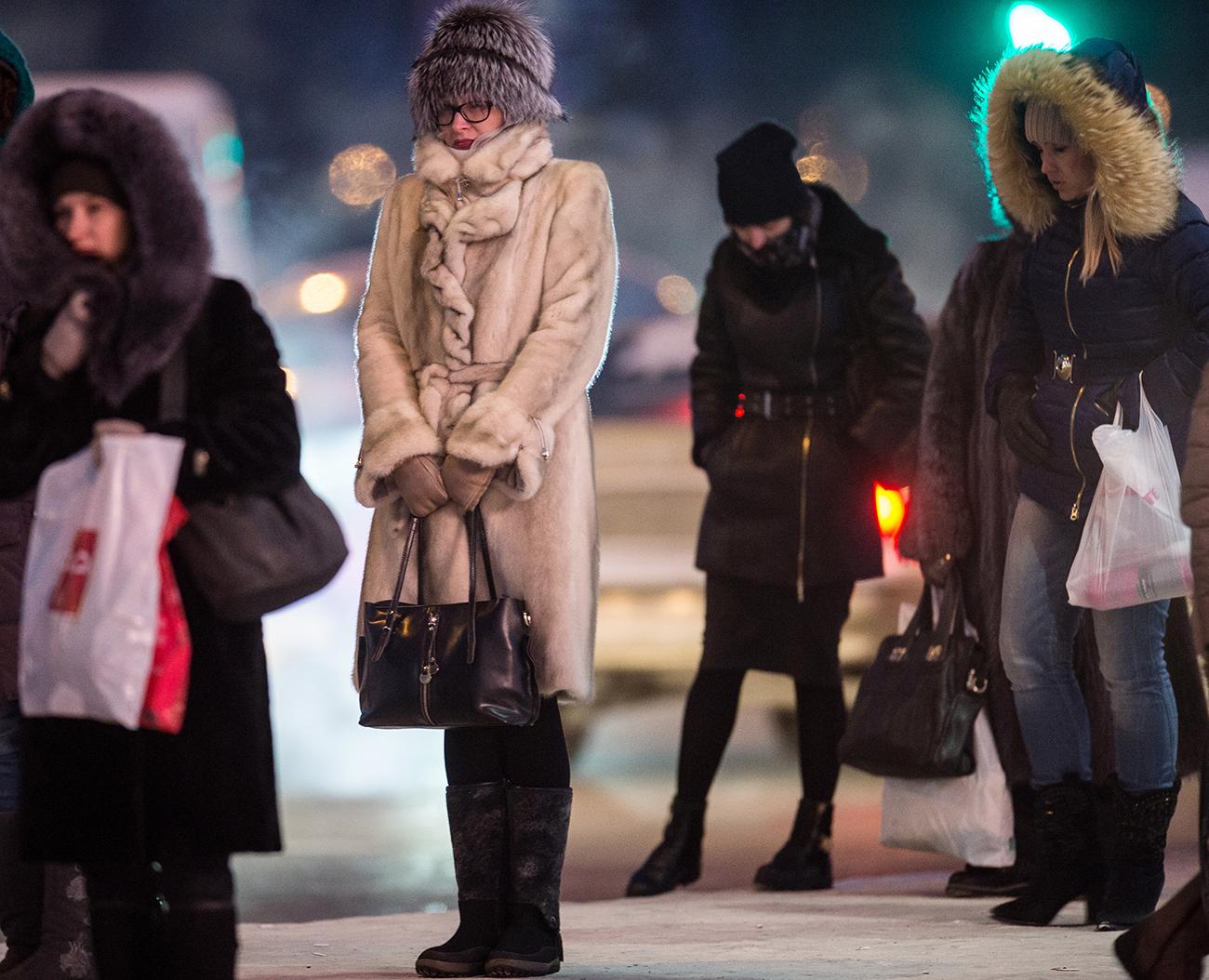 Locals during extremely cold weather in Omsk. / Photo: Alexey Malgavko/RIA Novosti
