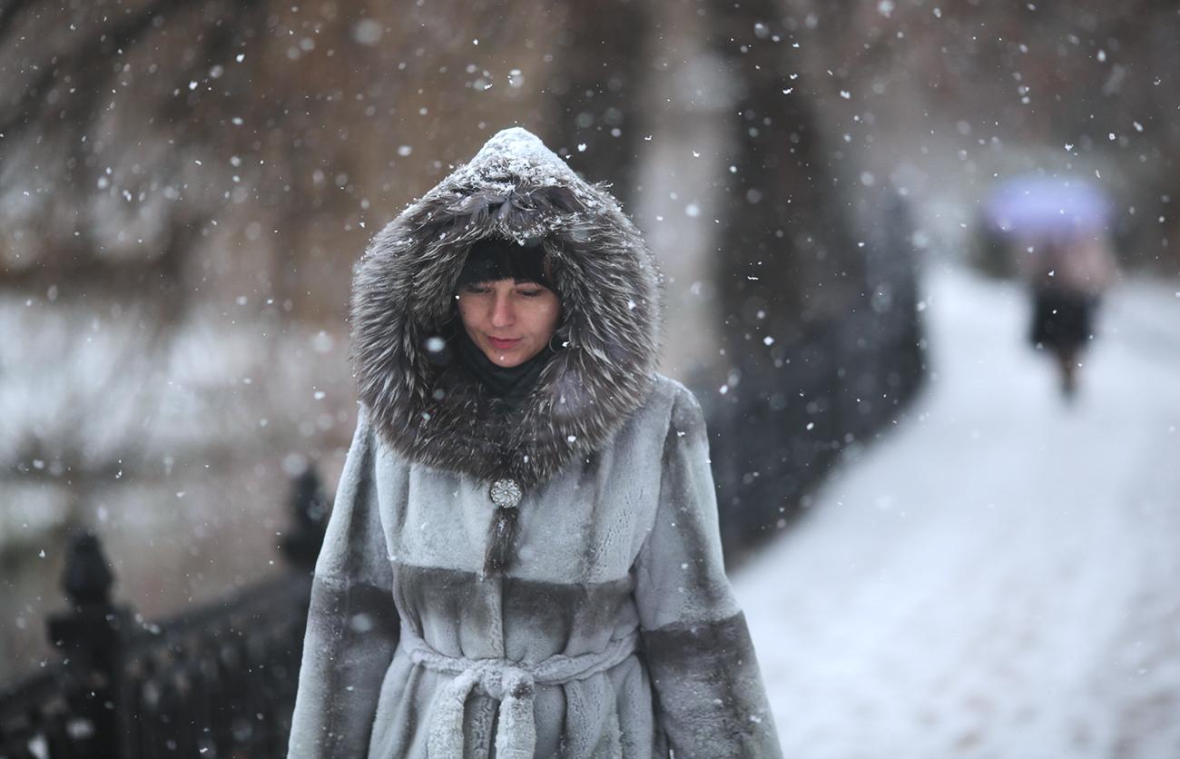 A girl during snowfall in Simferopol. / Photo: Maks Vetrov/RIA Novosti