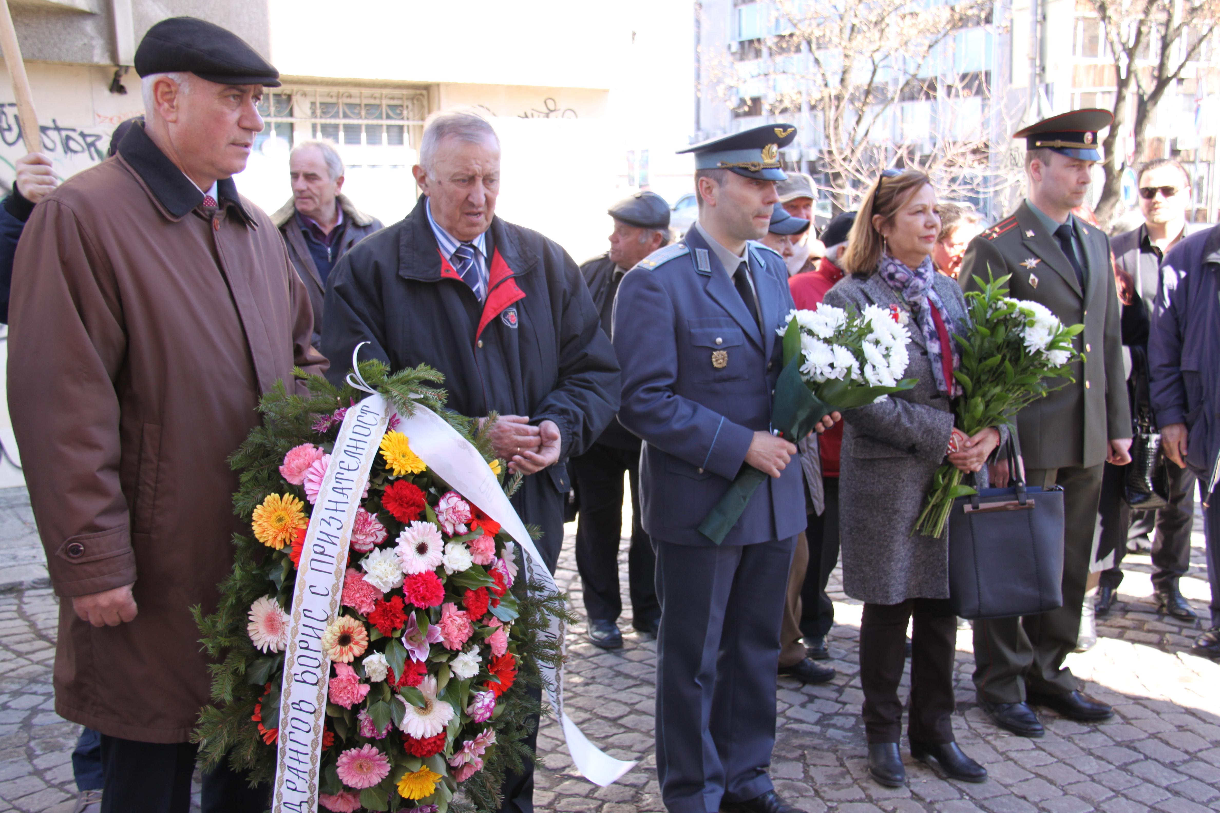 Официални гости на церемонията по откриване на паметната плоча на полковник Борис Дрангов\n