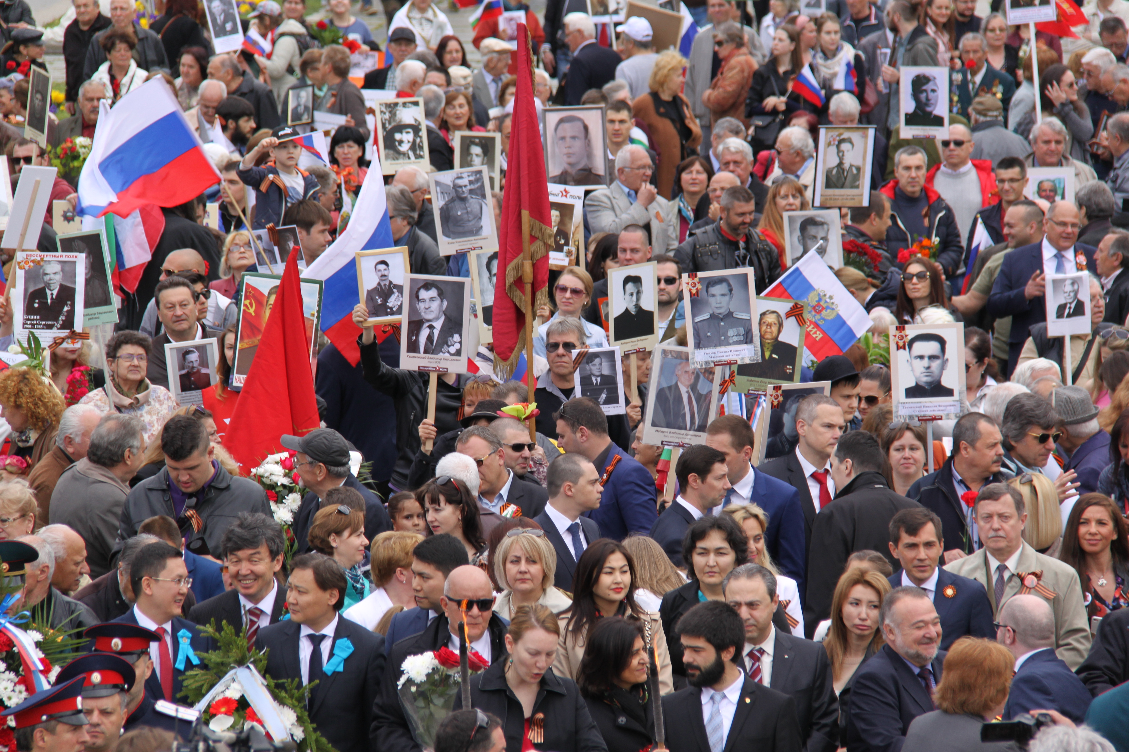 Стотици се събраха, за да отбележат Деня на Победата в София.