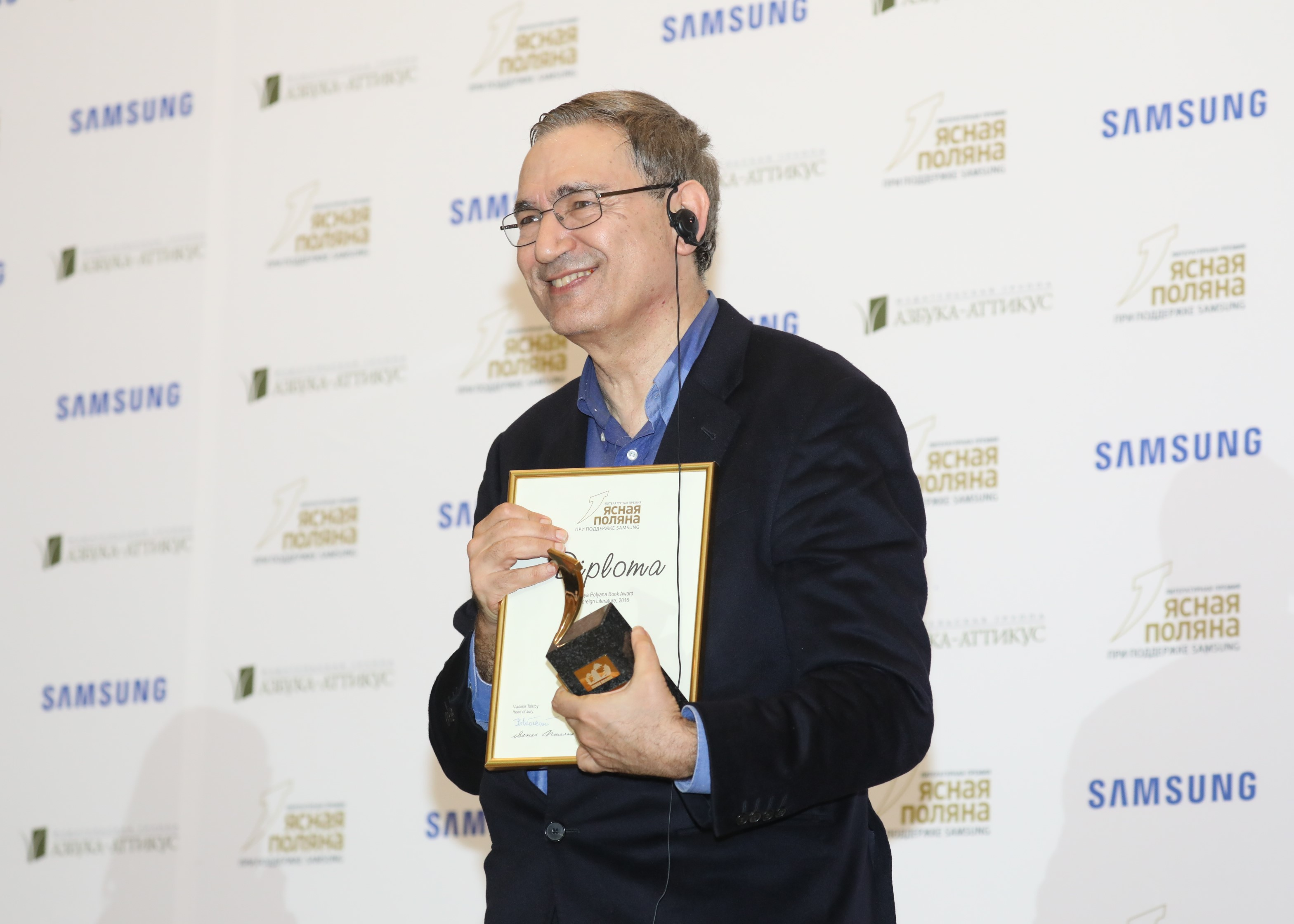 Orhan Pamuk receives the Yasnaya Polyana literary prize in Moscow, on Feb. 24. / Press photo