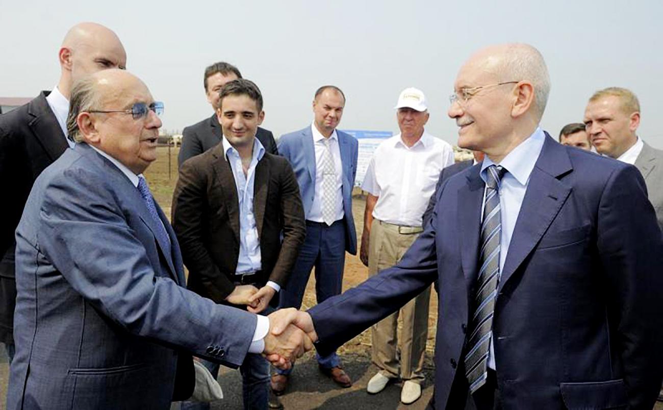 Luigi Cremonini, a sinistra, stringe la mano al capo del governo della Baschiria, Rustem Khamitov. Fonte: ufficio stampa
