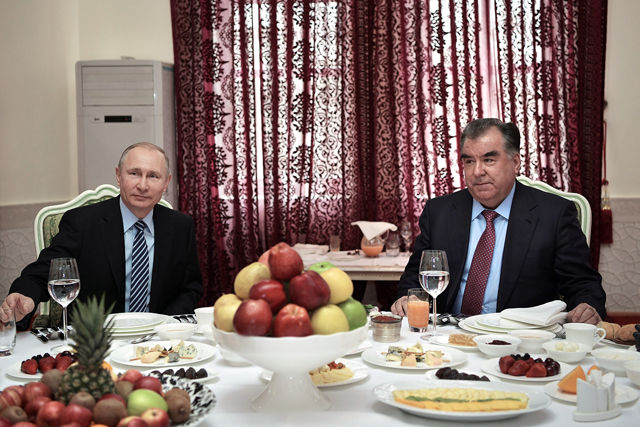 Russia's President Vladimir Putin and his Tajik counterpart Emomali Rakhmon attend a breakfast meeting in Dushanbe, Tajikistan, Feb. 28, 2017. Source: Reuters