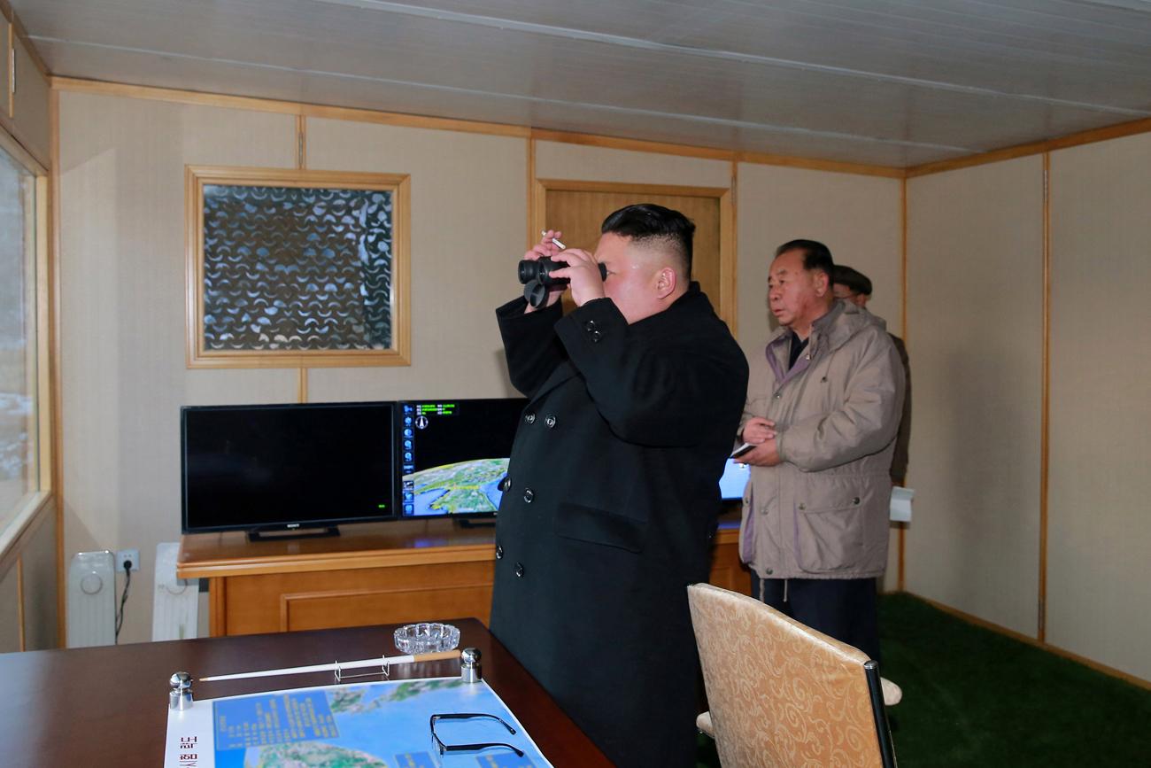 Pemimpin Korea Utara Kim Jong Un menyaksikan uji coba peluncuran misil Pukguksong-2 di Pyongyang, 13 Februari 2017.