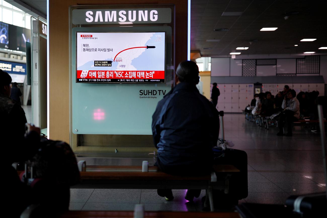 Seorang penumpang di salah satu stasiun kereta di Seoul, Korea Selatan, sedang menonton siaran televisi yang melaporkan peluncuran misil balistik milik Korea Utara pada Senin (6/2). Sumber: Reuters