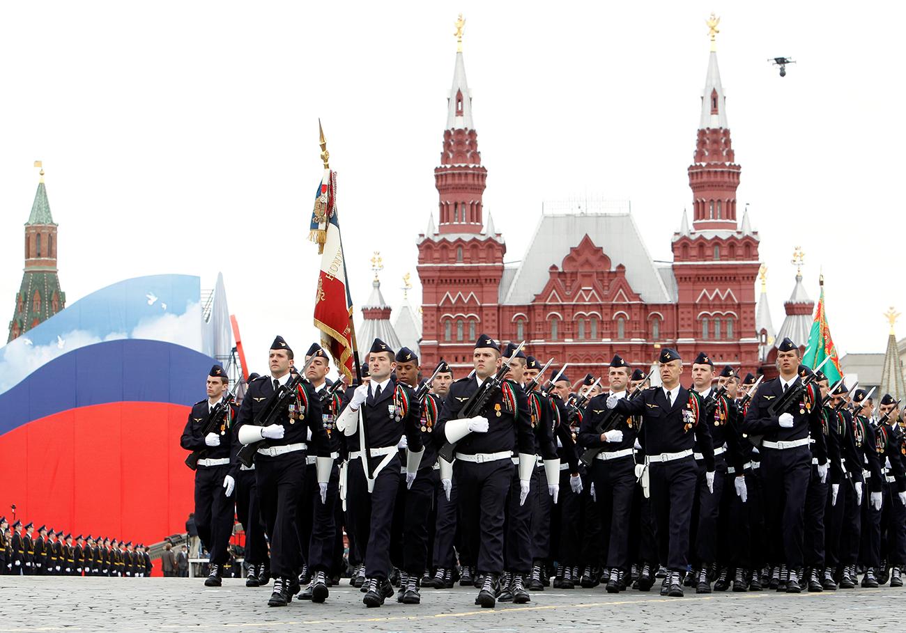 Des militaires français sur la place Rouge lors d'une répétition du défilé de la Victoire. Moscou, 2010.
