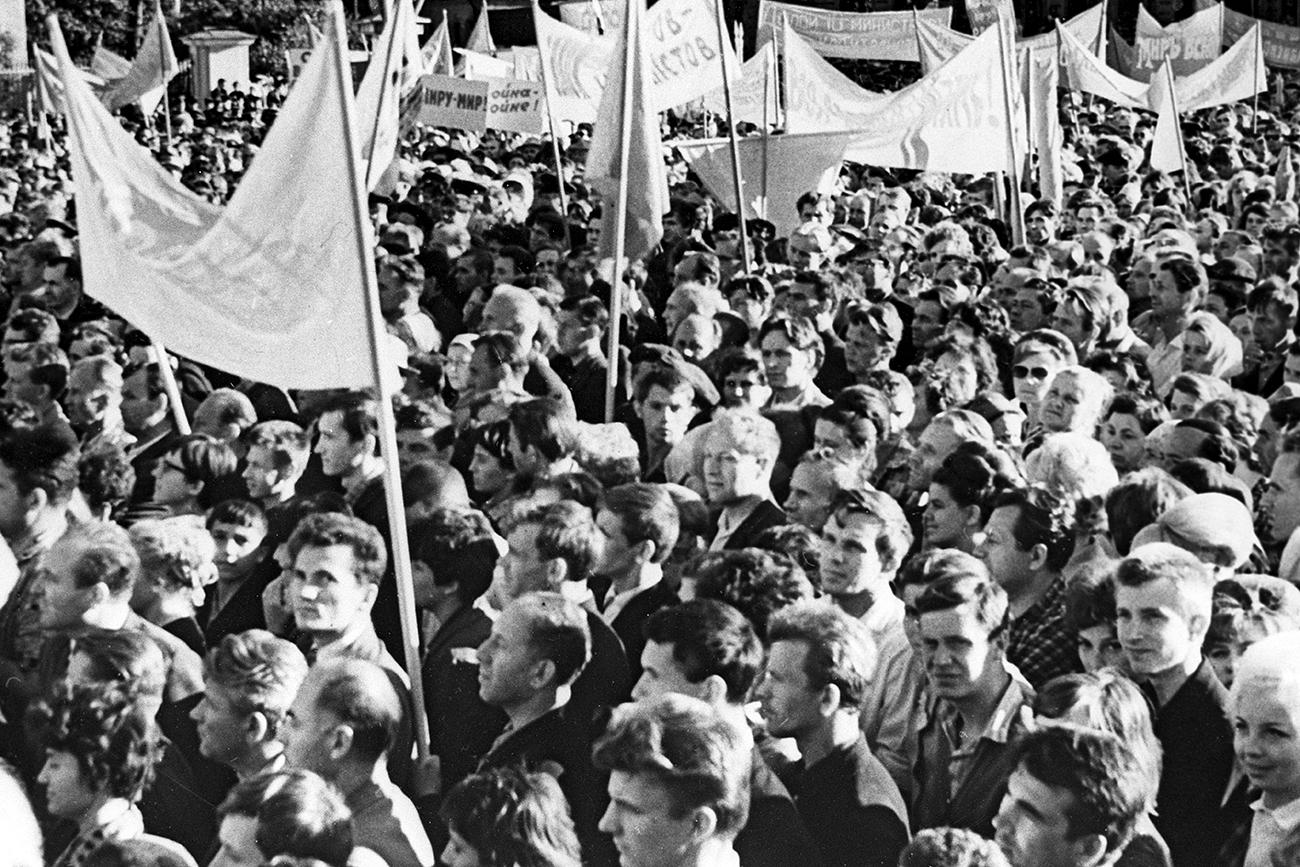 Protesto trabalhista em Leningrado em 1967; em março desse ano foram instituídos dois dias de folga semanais pela primeira vez na história do país.