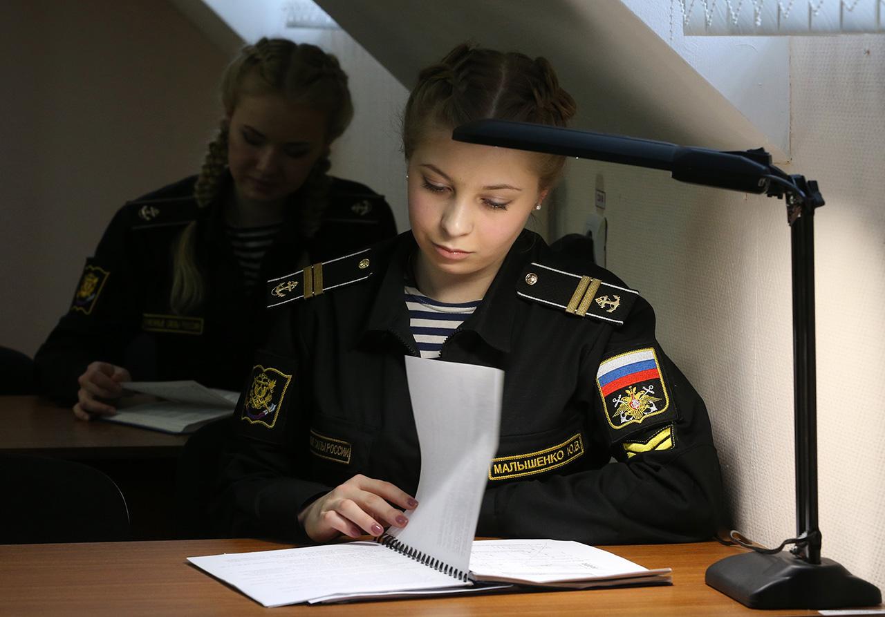 Osim toga, postoje i druga pravila – djevojke ne mogu nositi civilnu odjeću i nju čuvaju na teritoriju instituta. Također im je zabranjeno koristiti društvene mreže tijekom obuke.