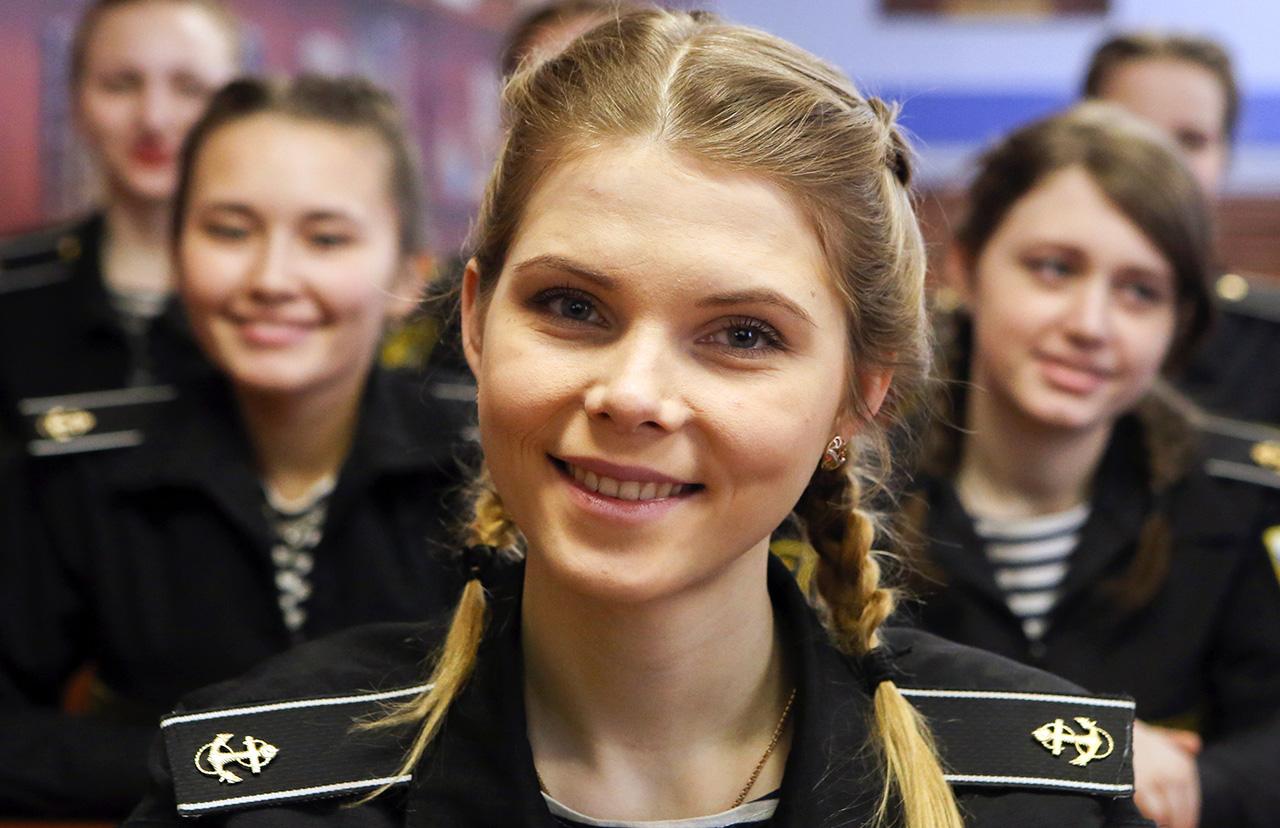 Como parte do processo de admissão, as cadetes também devem passar um teste de corrida e natação.