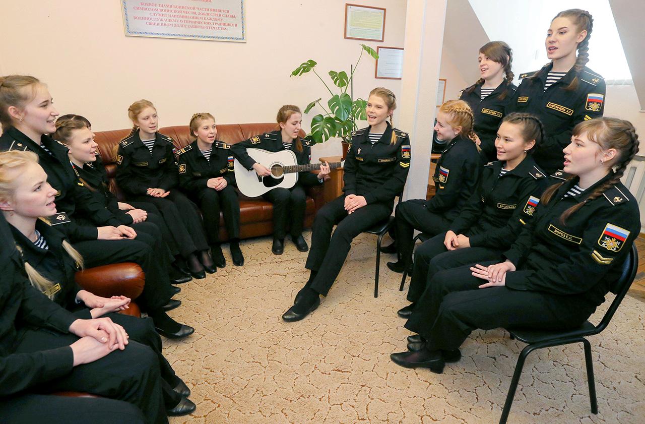 取得した専門で、例えば、通信兵の女子は、2018年から海軍艦船で働くことができるようになる。それまでに、女性隊員用の個別のキャビンやコンパートメントなど、すべての必要な条件が整えられる。