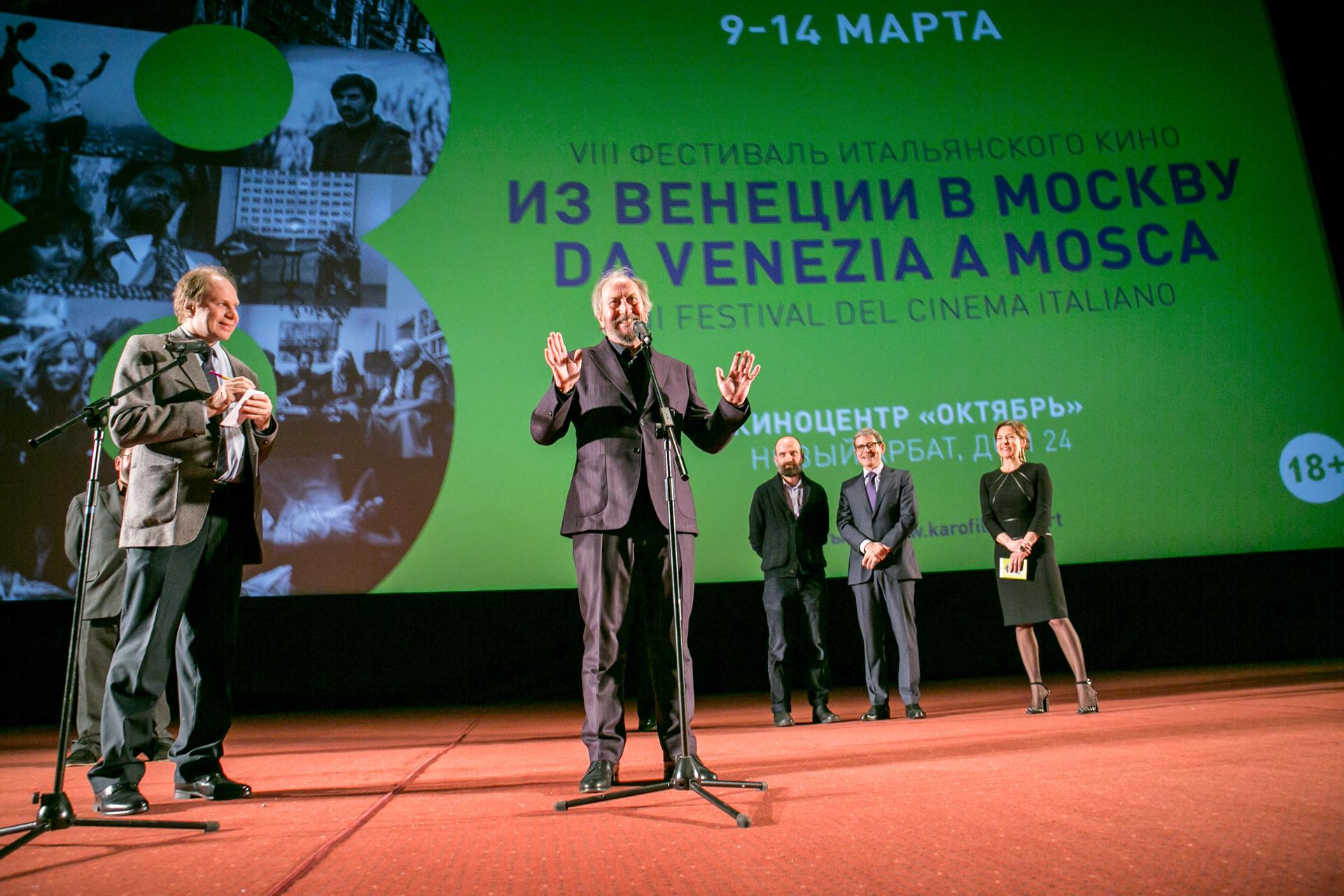"""Il regista Giuseppe Piccioni (al centro) presenta il suo film """"Questi giorni"""" che ha aperto il festival """"Da Venezia a Mosca"""". Fonte: Igor Rodin"""