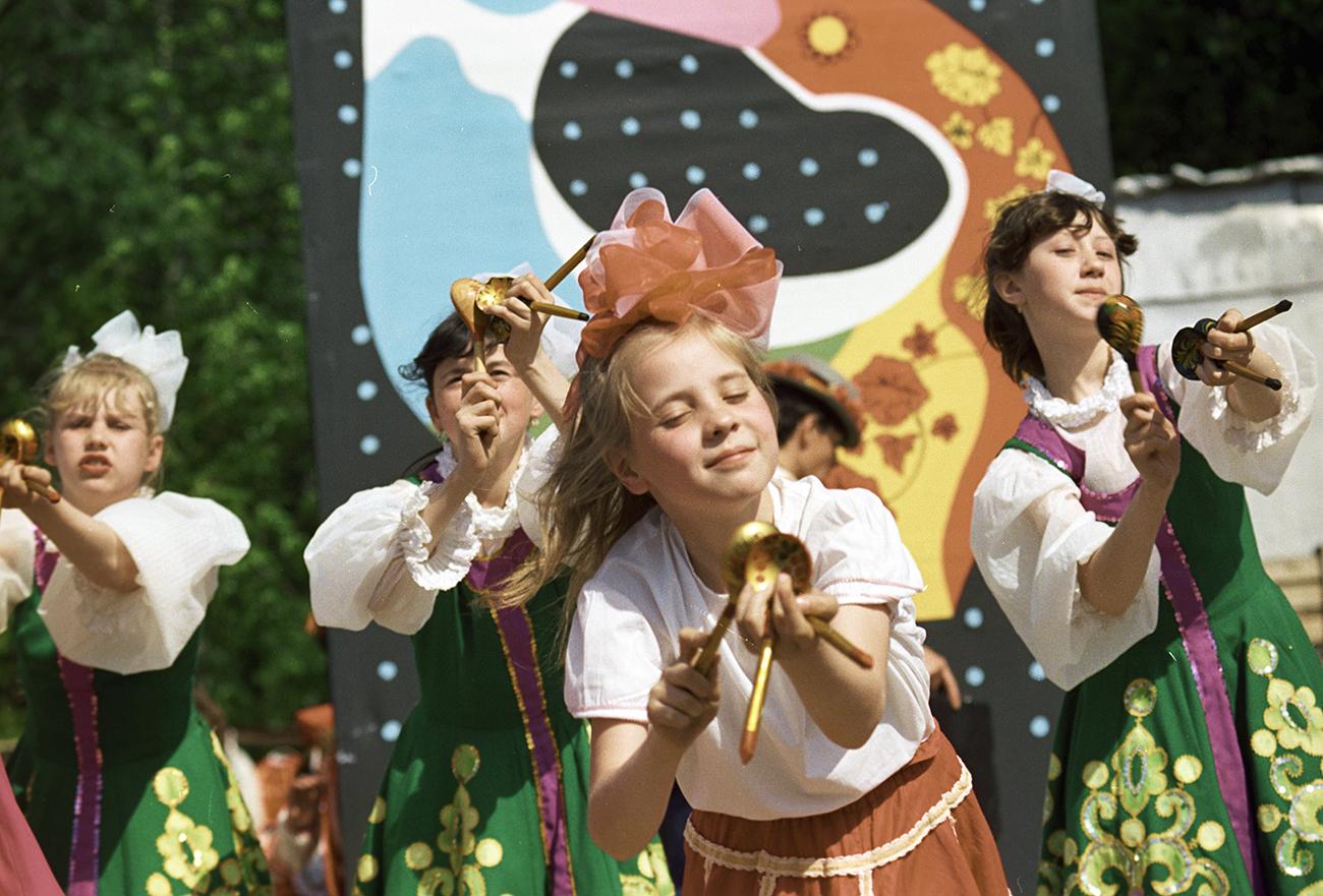 Grupo infantil de dança se apresenta com colheres de madeira no parque Izmailovo, em Moscou