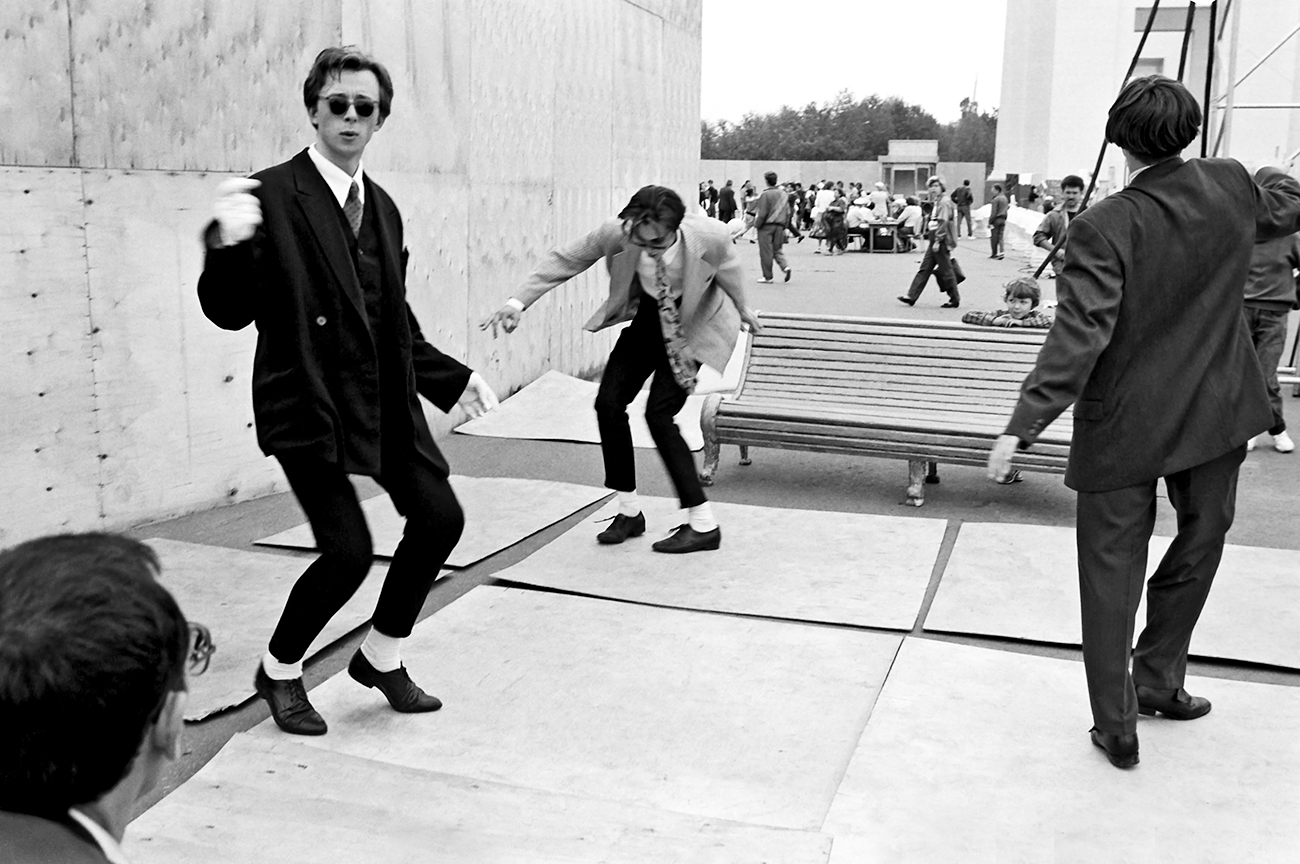 Moscow mods of the late 1950-ies dancing twist.