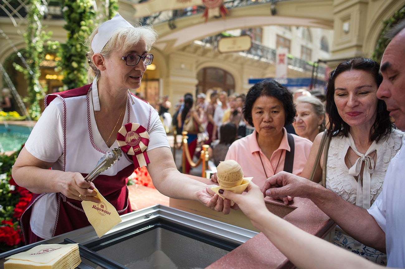Visitors take free ice cream at the GUM department store. / Photo: Alexei Furman/RIA Novosti