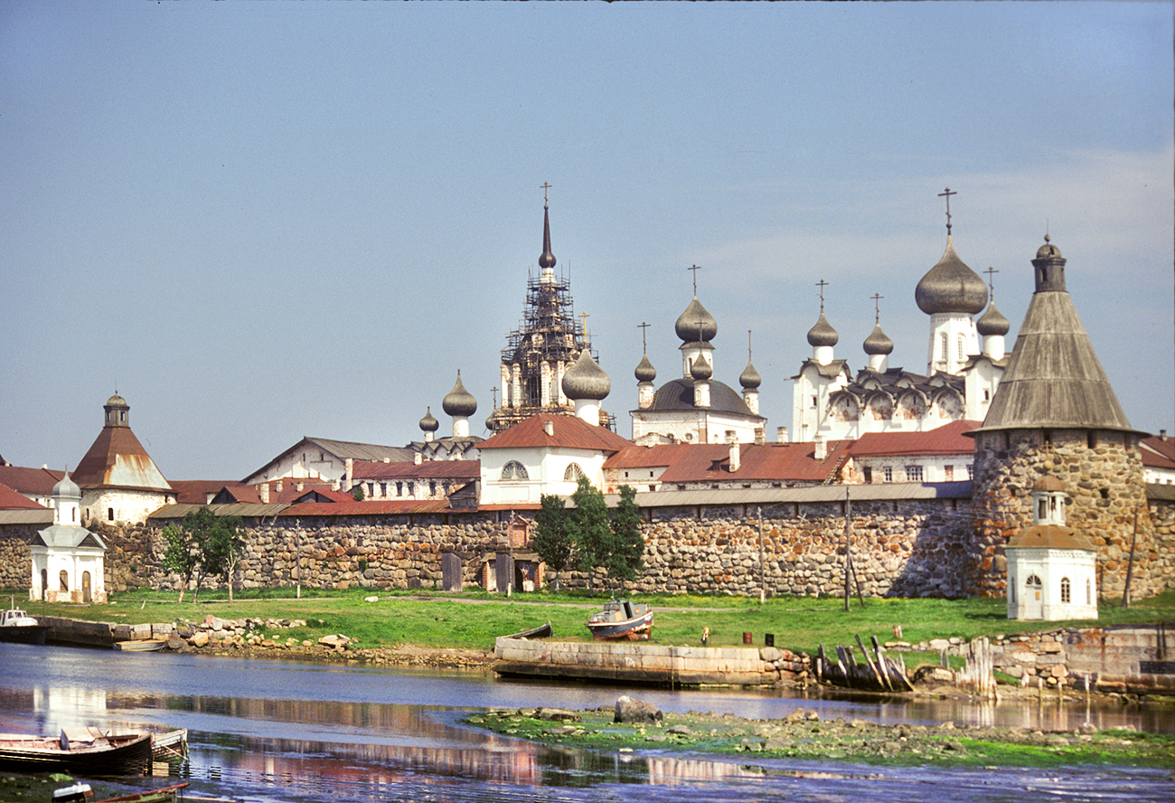 Solovetsky Transfiguration Monastery, southwest view at harbor. From left: Chapel of St. Alexander Nevsky; west wall; Refectory Church of Dormition; bell tower; Church of Annunciation over Holy Gate; Church of St. Nicholas; Transfiguration Cathedral; Chapel of Sts. Peter & Paul. June 29, 1999. / Photo: William Brumfield