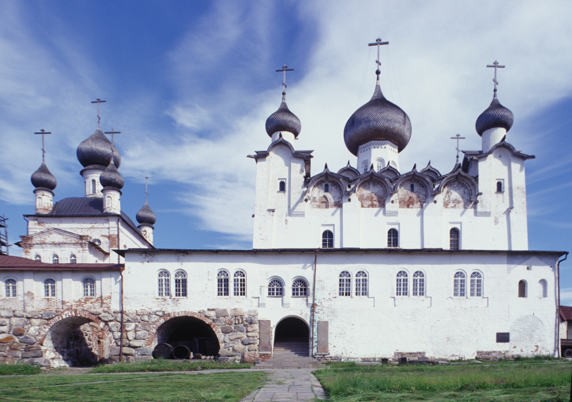 Church of St. Nicholas (left); gallery; Transfiguration Cathedral. West view. July 25, 1998. / Photo: William Brumfield