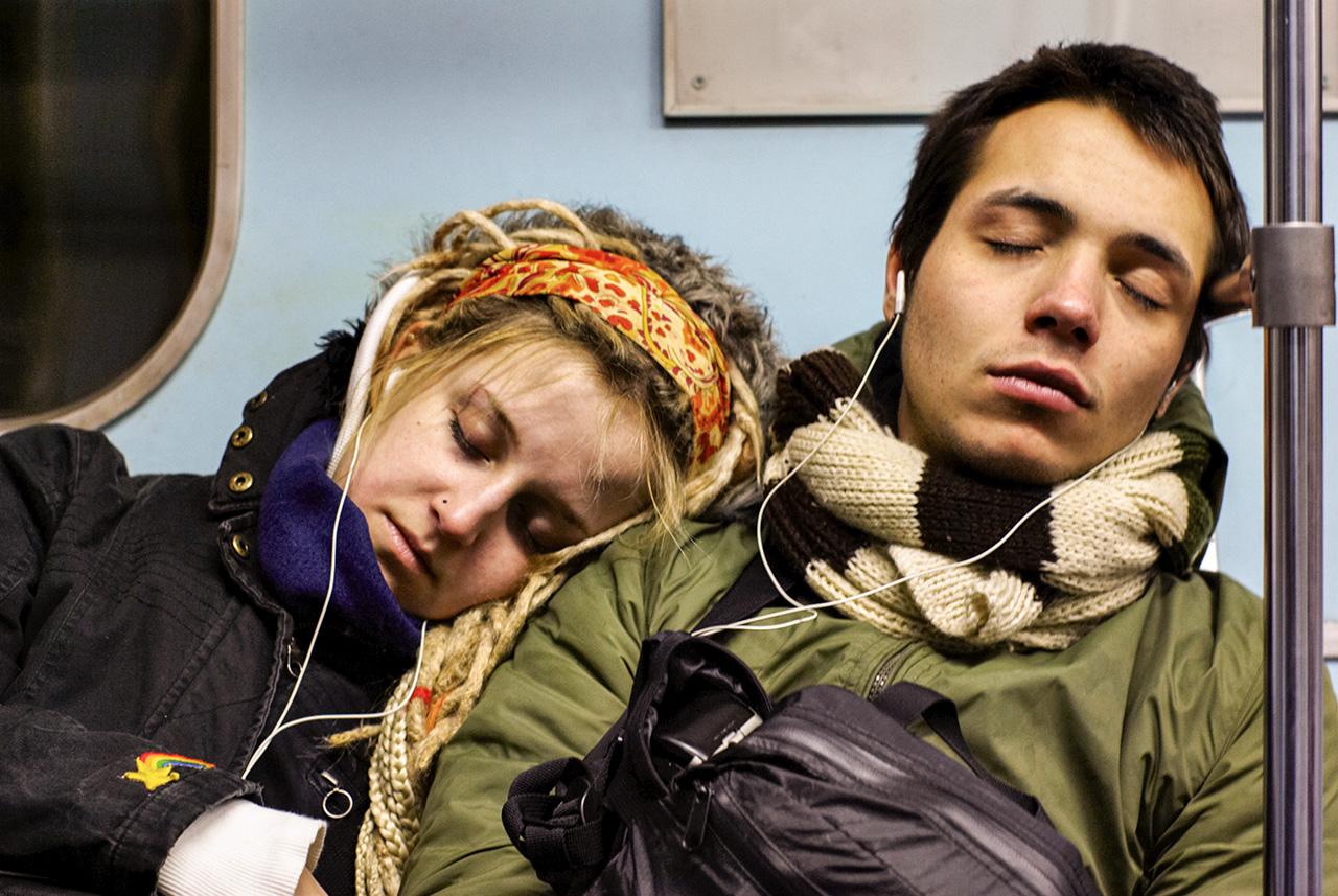 Млада двойка спи в метрото.