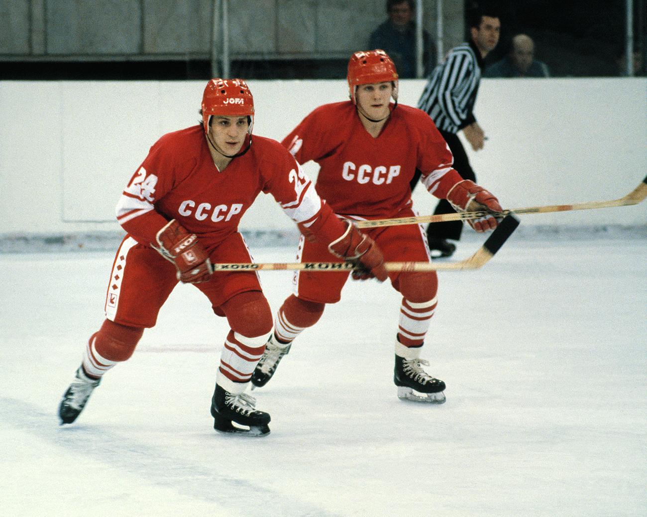 Moskva. Sergej Makarov (levo) in Viktor Tjumenjov, člana sovjetske hokejske reprezentance v akciji, 1982. /Igor Utkin, Aleksander Jakovljev/TASS