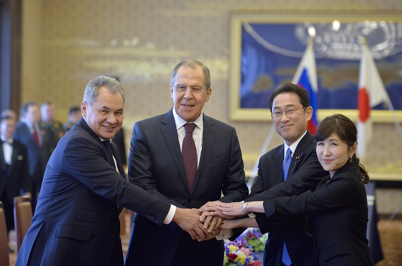 (左から右へ)ロシアのセルゲイ・ショイグ国防相、セルゲイ・ラブロフ外相、岸田文雄外相、稲田朋美防衛相。日露外務・防衛担当閣僚協議(2プラス2)にて。東京、2017年3月20日。