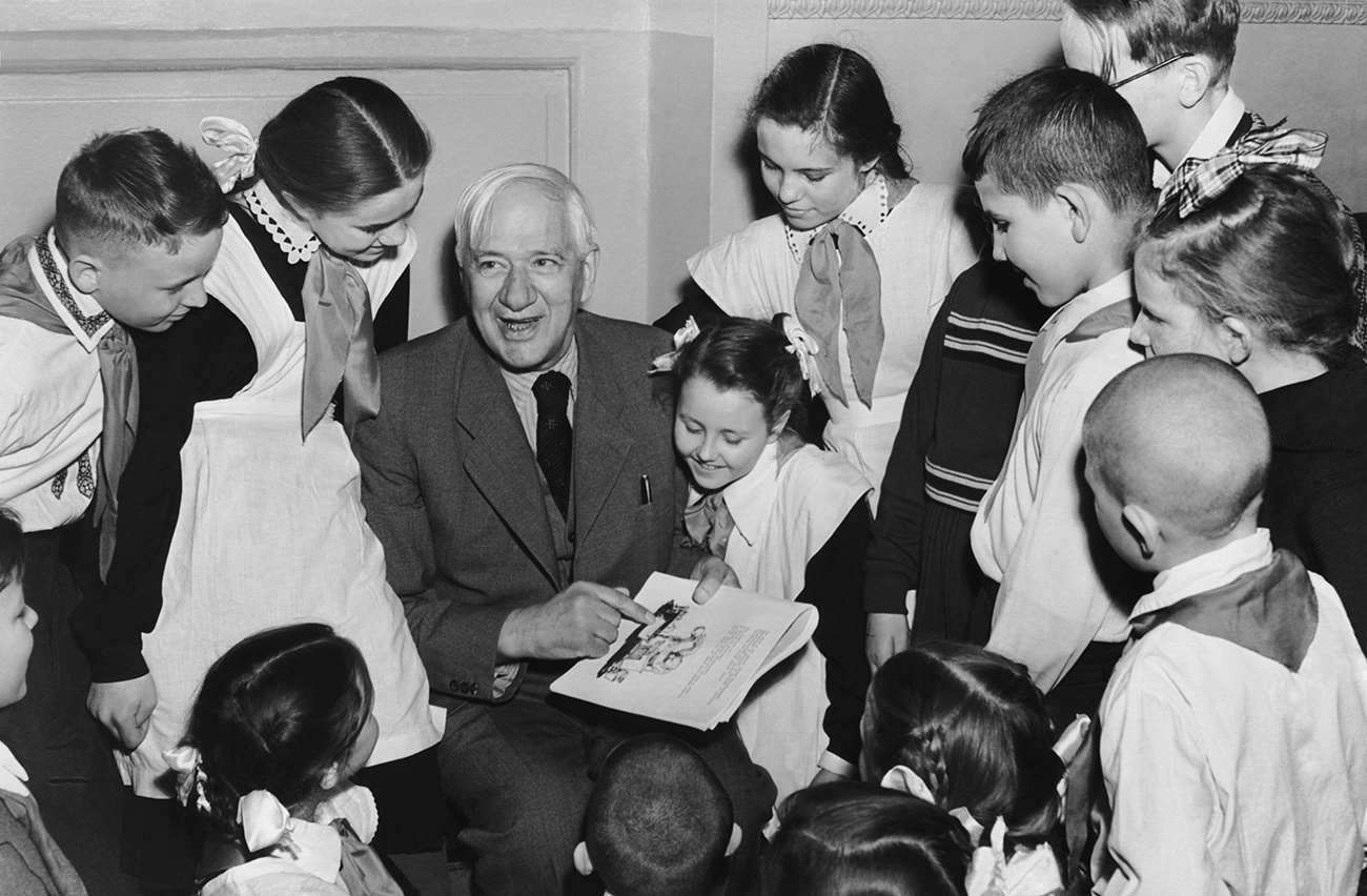 Soviet children's poet Korney Chukovsky reading out his fairy tales at the Children's Book Week held in the Pillar Hall of the House of Unions in 1957. Source: Alexander Batanov/TASS