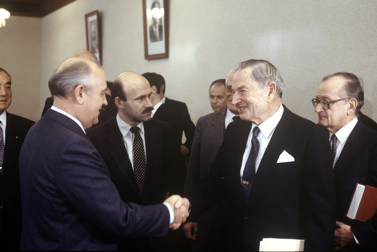 General Secretary of the CPSU Central Committee Mikhail Gorbachev, left, and committee co-chairman David Rockefeller (USA). Reception of the representatives of the Trilateral Commission during their USSR visit.
