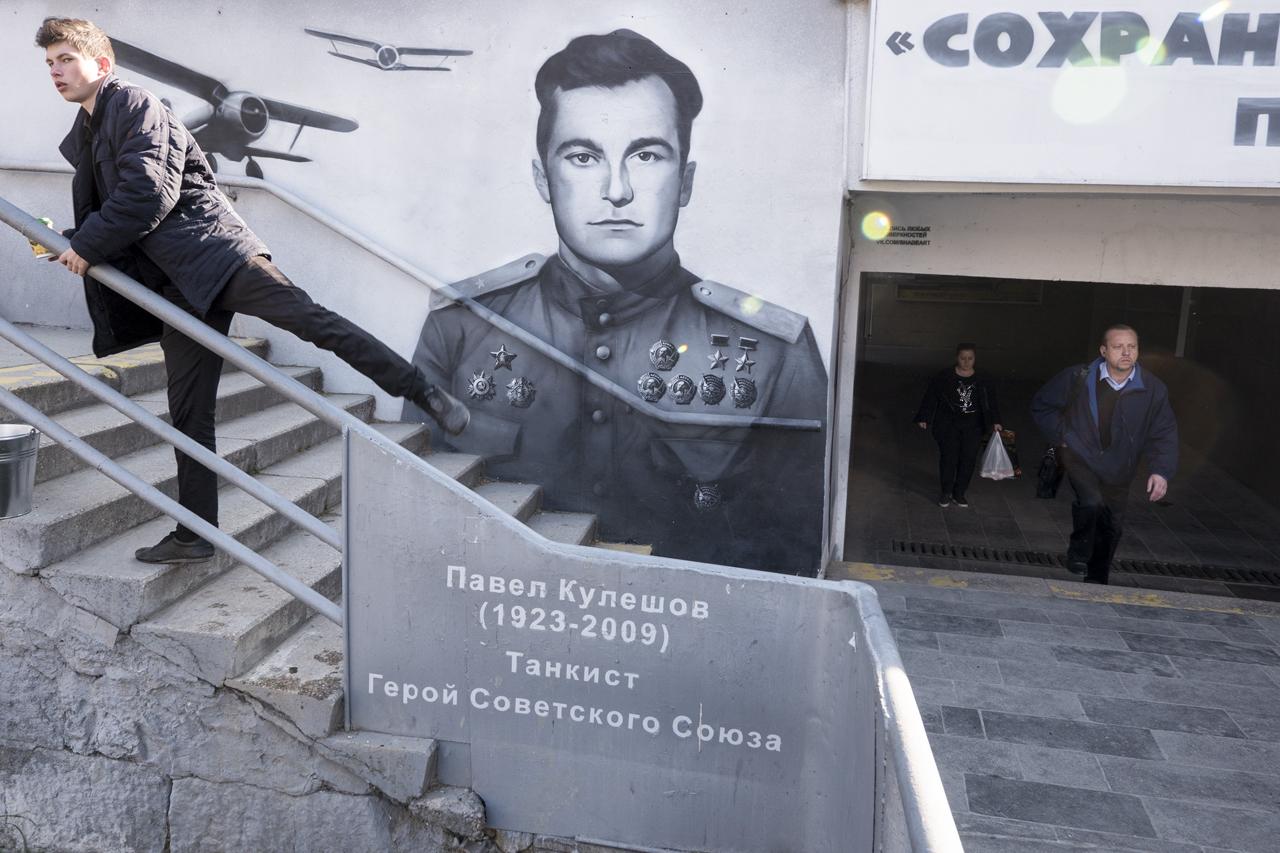 Yalta. Background: a graffiti devoted to Soviet pilot Amet-khan Sultan, twice Hero of USSR. Foreground: a part of graffiti devoted to tanker Pavel Kuleshov, a Hero of USSR. / Photo: Sergey Melikhov