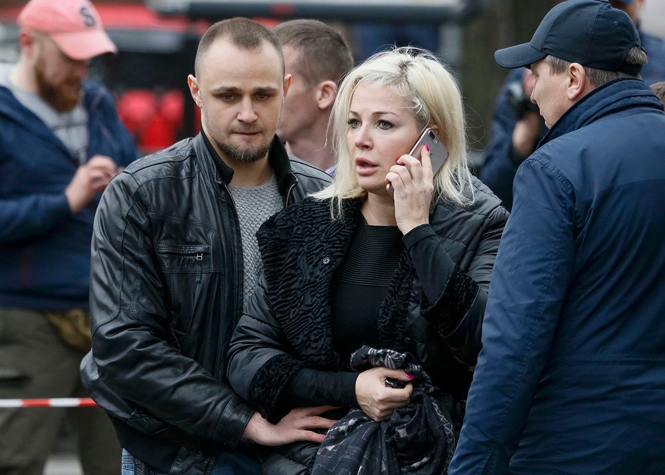 La moglie della vittima, Maria Maksakova, poco dopo l'omicidio. Kiev, Ucraina, 23 marzo 2017. Fonte: Reuters
