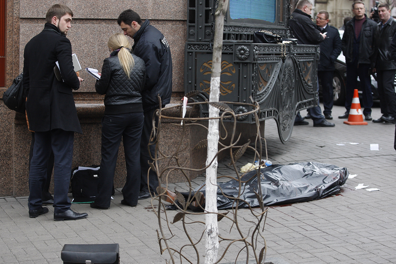 Ukrainian police experts examine the body of former Russian State Duma deputy Denis Voronenkov after he was shot dead in Kiev, March 23, 2017.