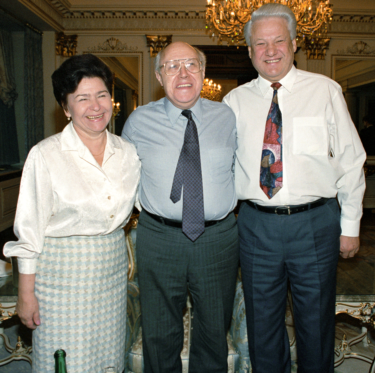 Da sinistra, Naina Eltsin, Mstislav Rostropovich eBoris Eltsin\n