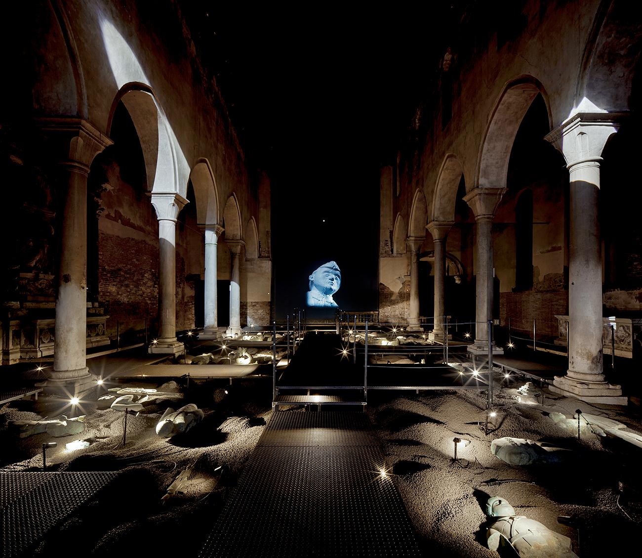 """""""La collezione dell'archeologo"""", installazione nella Chiesa di Santa Caterina a Venezia\n"""