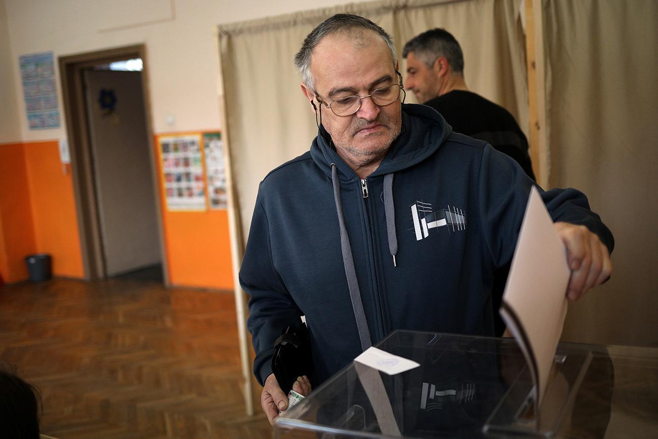 Мъж гласува на парламентарните избори в София, България, на 26 март 2017 година.