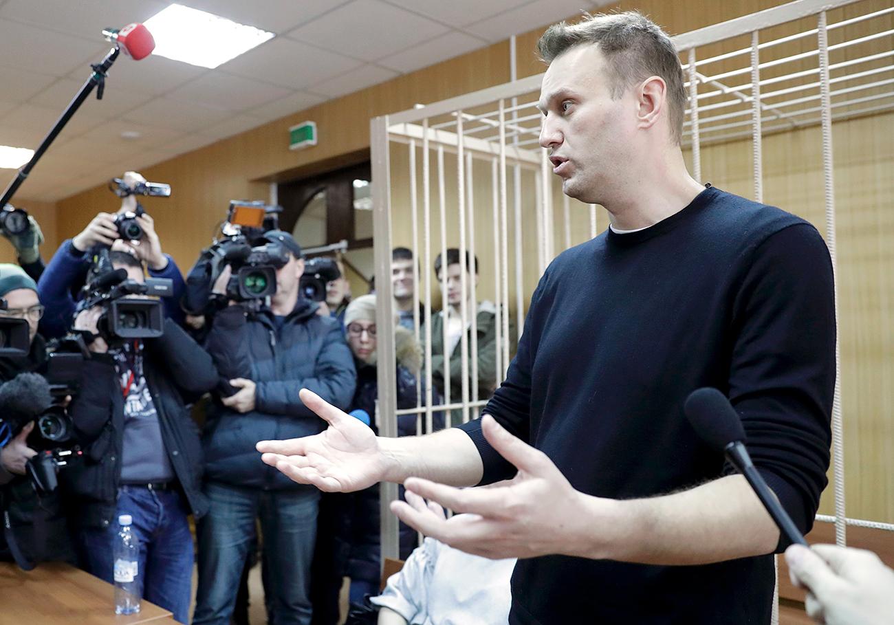 Руският опозиционен лидер Алексей Навални, на заседание след задържането му на антикорупционния протест, говори пред журналисти с искане за оставката на Дмитрий Медведев, Тверски съд в Москва, Русия, 27 март 2017 година