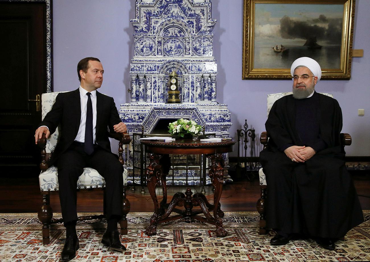 Am ersten Tag seines Russland-Besuchs traf der iranische Präsident Hassan Rohani (r.) den russischen Ministerpräsidenten Dmitrij Medwedew (l.) in dessen Residenz unweit von Moskau. Sie diskutierten die Einführung von niedrigen Gebühren auf den Handel bestimmter Waren zwischen dem Iran und der Eurasischen Wirtschaftsunion.