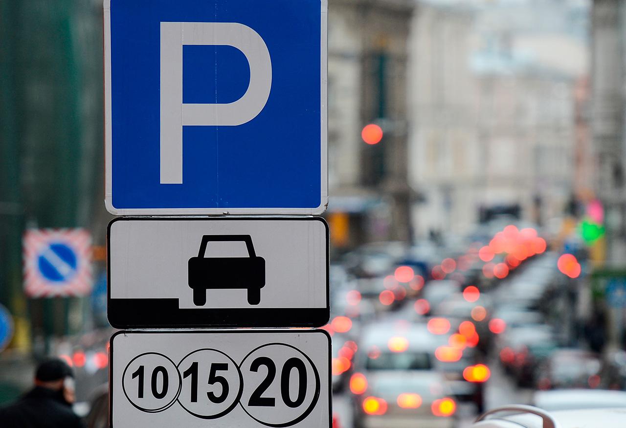 Dal 2012 a Mosca sono stati introdotti diversi parcheggi a pagamento. Il costo del parcheggio varia dai 40 ai 200 rubli all'ora (0,7-3,3 dollari circa)