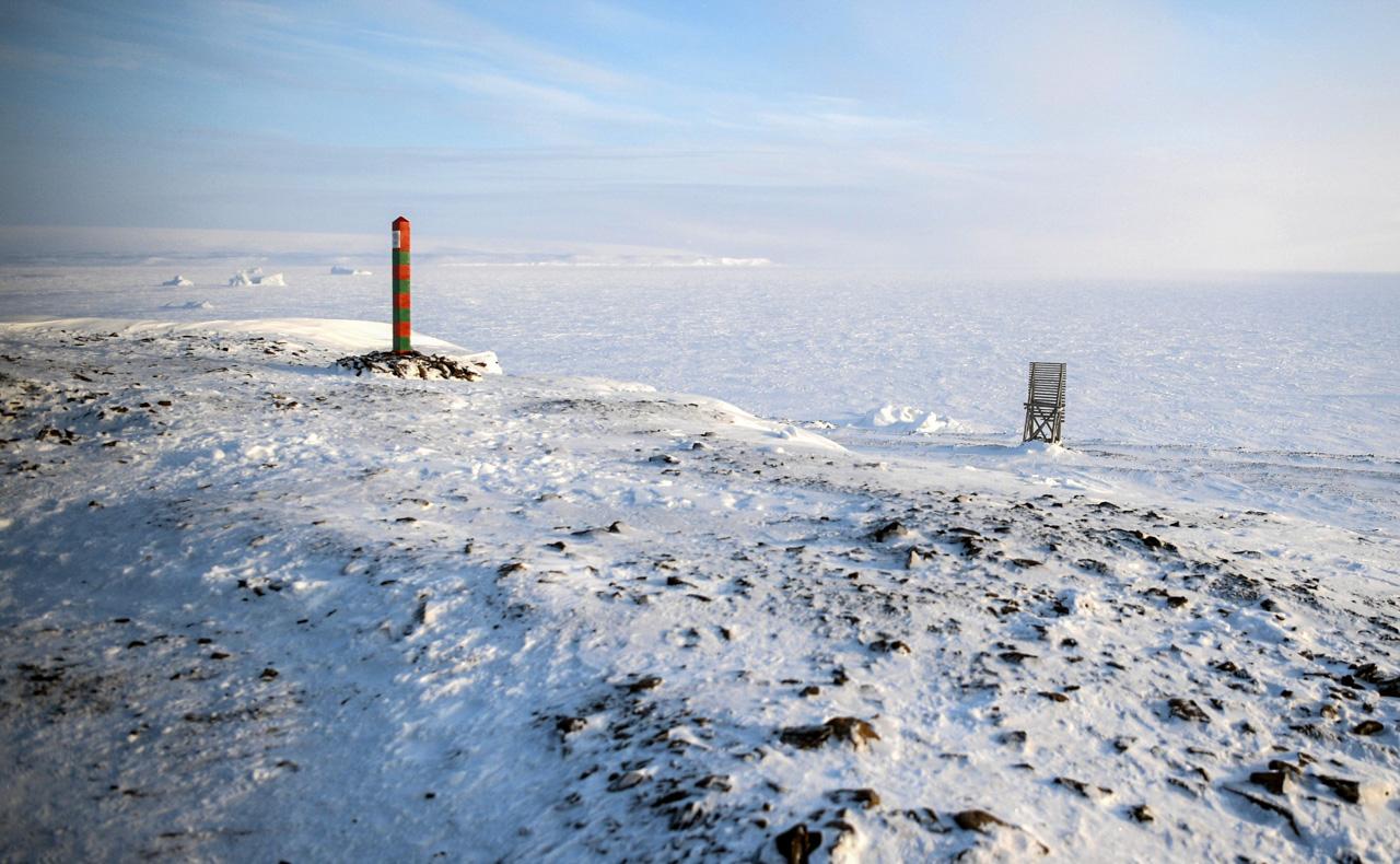 Der offizielle Zweck des Besuchs sei die Bewertung des Abbaus von Umweltschadstoffen im russischen Bereich der Arktis gewesen, hieß es aus dem Kreml. In vier Jahren seien 42 Tonnen Müll auf der Inselgruppe beseitigt worden, wie Sergej Donskoj Putin und Medwedjew während der Reise erklärte.