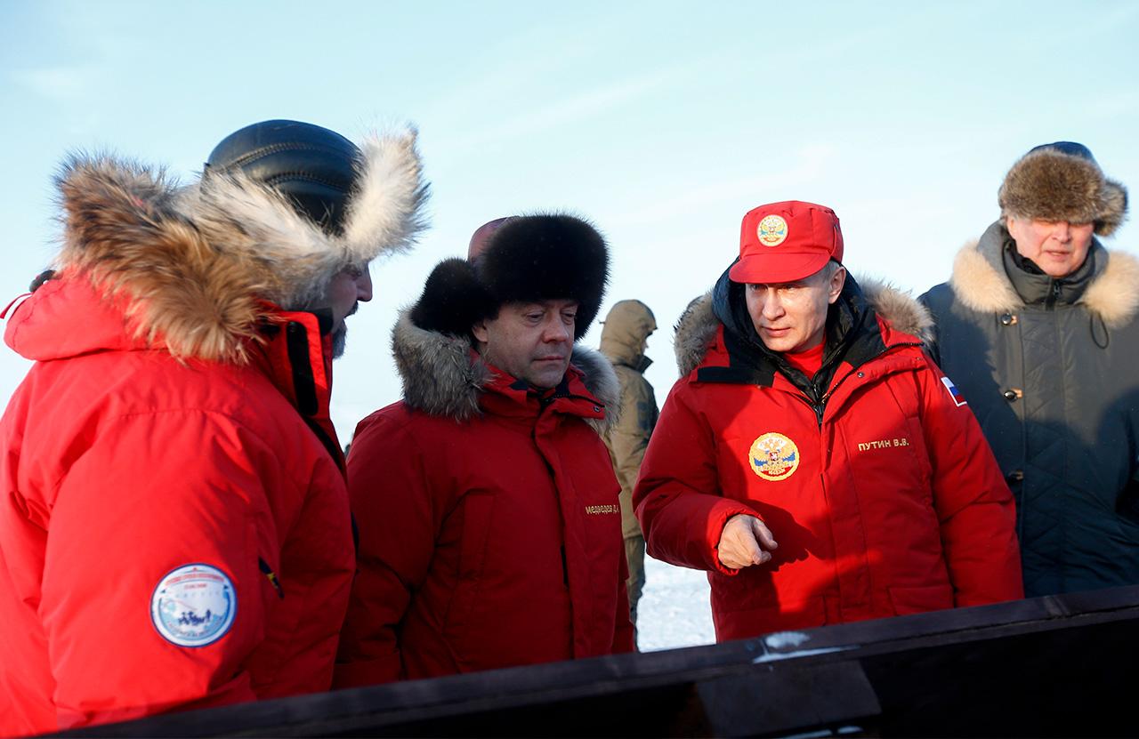 Der russische Präsident hatte die Arktis zuletzt im Jahr 2010 besucht. Damals veranlasste er die Räumung der nördlichen Gebiete Russlands. Das russische Führungsduo hat sich auf die Wetterbedingungen vorbereitet. Bei ihrer Ankunft trugen sie rote Daunenjacken mit Pelzkragen.