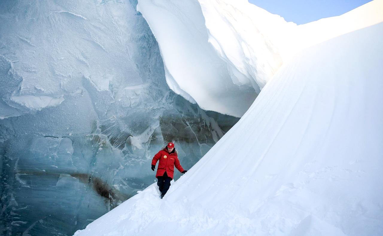 Auf der Insel besuchten die beiden eine Eishöhle, die infolge einer Gletscherschmelze entstanden ist. Zurzeit nehmen Wissenschaftler dort Proben, um mehr über den Klimawandel zu erfahren.In der Eishöhle konnten Putin und Medwedjew riesige Stalaktiten betrachten. Der Präsident ließ es sich nicht nehmen, persönlich ein paar Splitter für wissenschaftliche Untersuchungen abzuhacken.