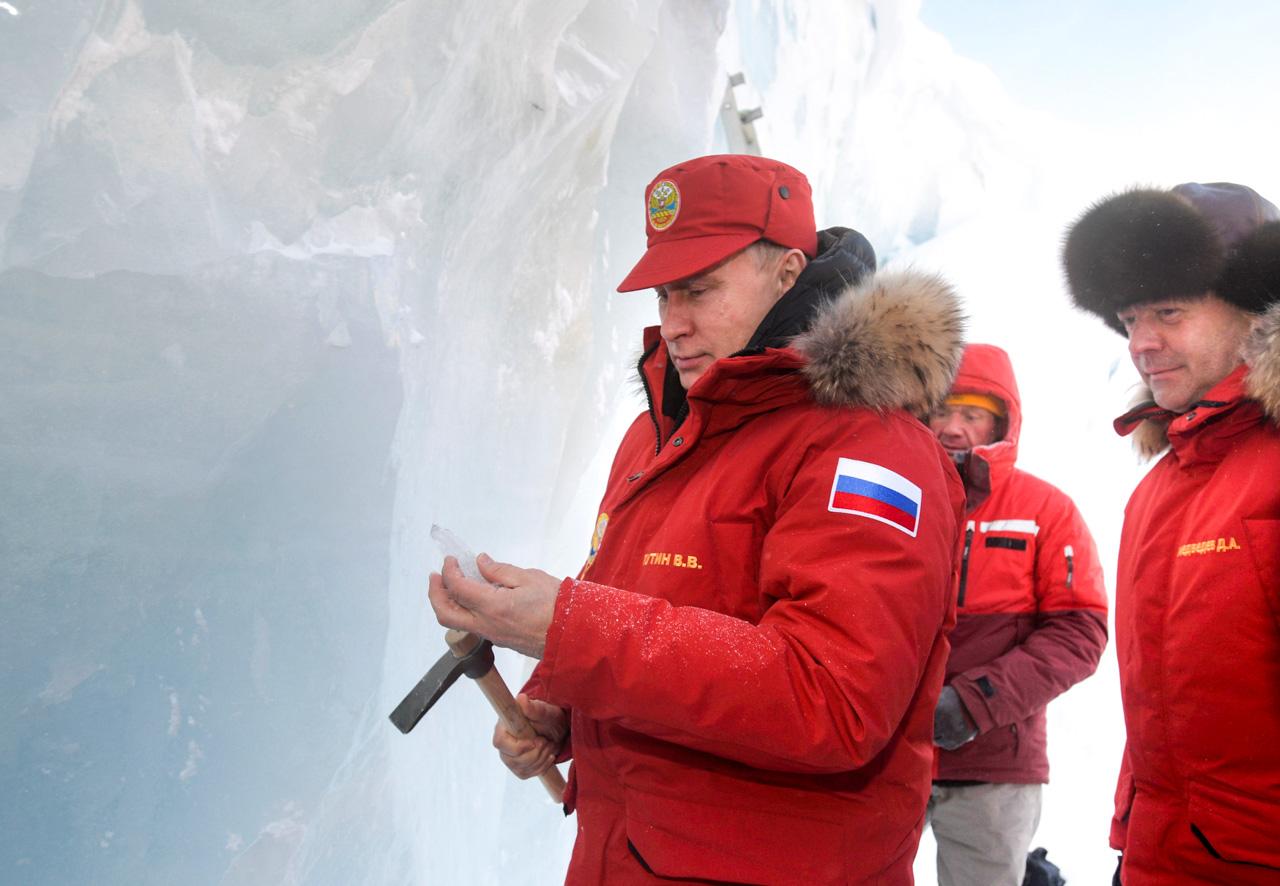 Dabei versuchte Putin zu zeigen, dass ihm nicht kalt sei: Als Kopfbedeckung trug er lediglich eine Baseballkappe. Doch schon nach wenigen Minuten musste er die Kapuze überziehen.