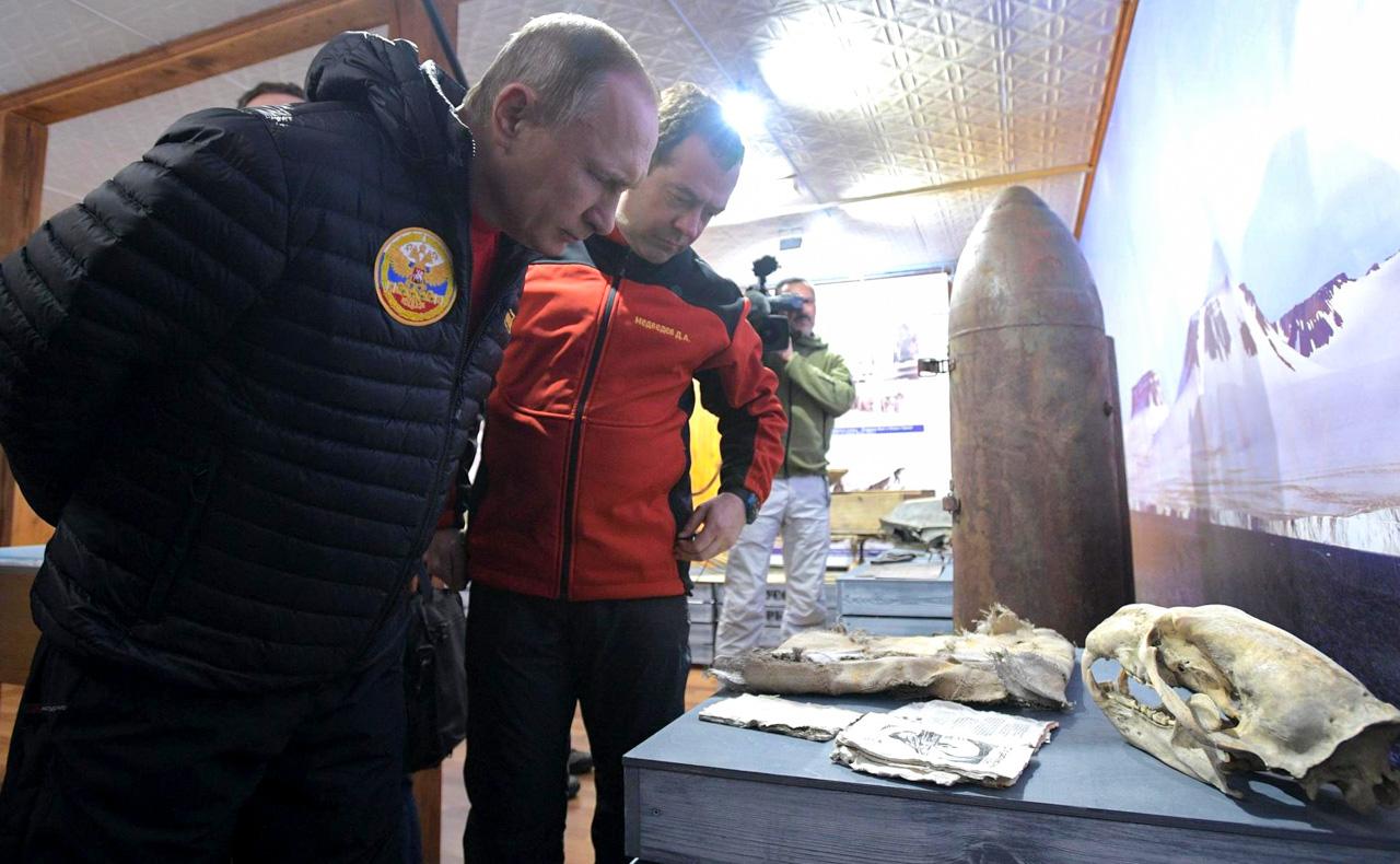 """Das Duo besuchte zudem eine Ausstellung des Nationalparks """"Russische Arktis"""". Im Rahmen der Ausstellung machten sie sich mit archäologischen Funden vertraut und erfuhren etwas über das Verhalten der hier lebenden Tiere, unter anderem von Eisbären und Walrössern."""