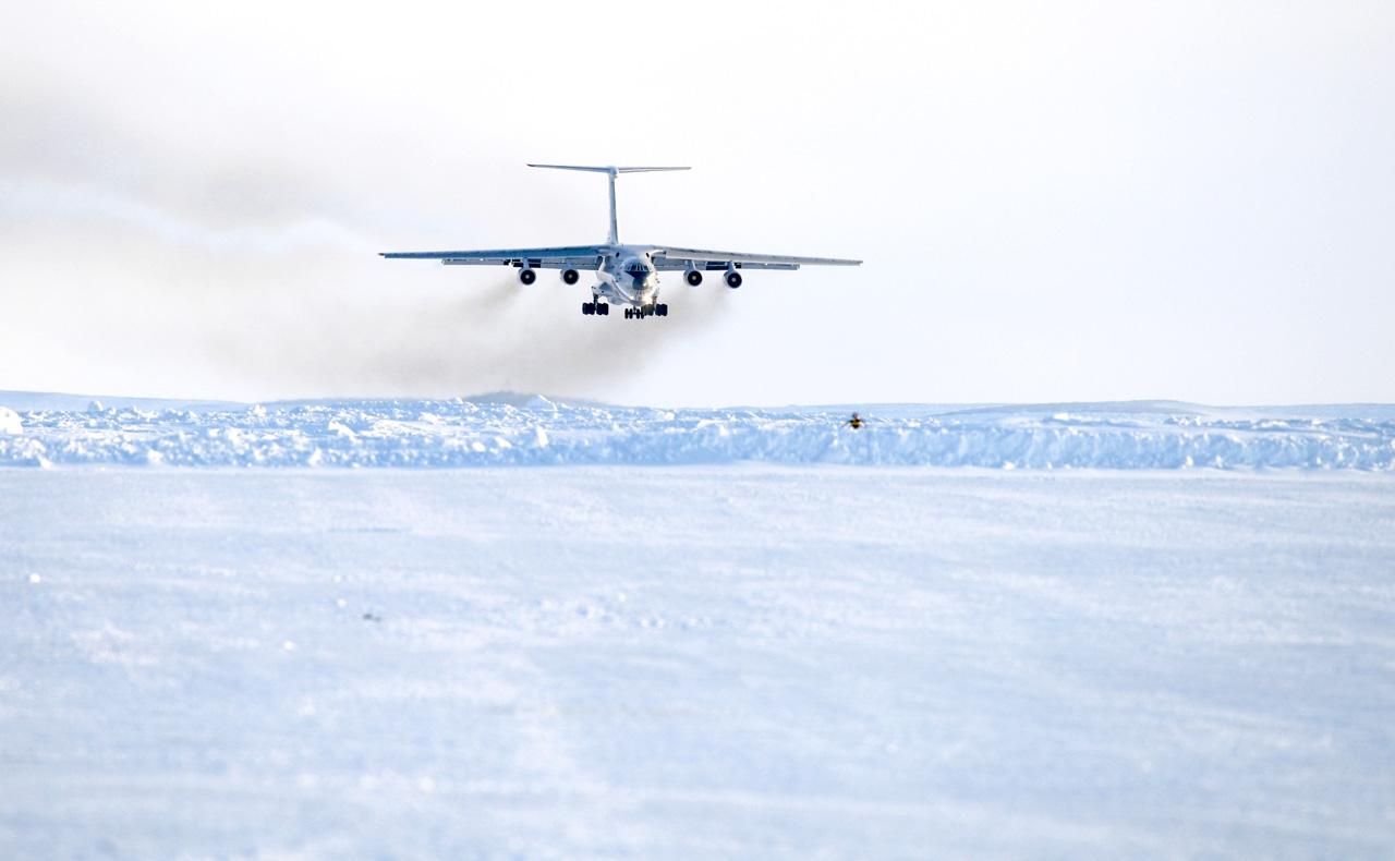 Die Maschine startete am Mittwoch um 00.30 Uhr. Die Insel ist nur mit Militärflugzeugen, die nachgetankt werden müssen, erreichbar. Zudem ist der Flug von den Wetterbedingungen abhängig.