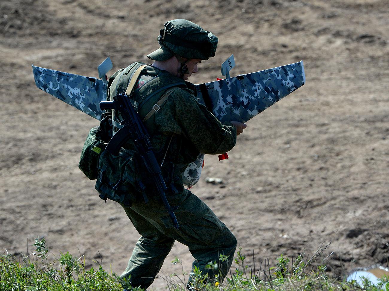 """Руски војник се подготвува да лансира дрон во текот на заедничката руско-индиска воена вежба """"Индра 2016"""" во базата Сергеевски."""