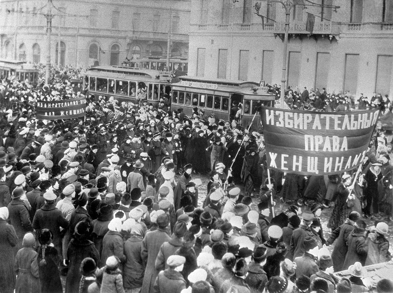 Frauen demonstrieren für ihr Stimmrecht – eine von vielen Protestaktionen während der Februarrevolution 1917 in Petrograd.