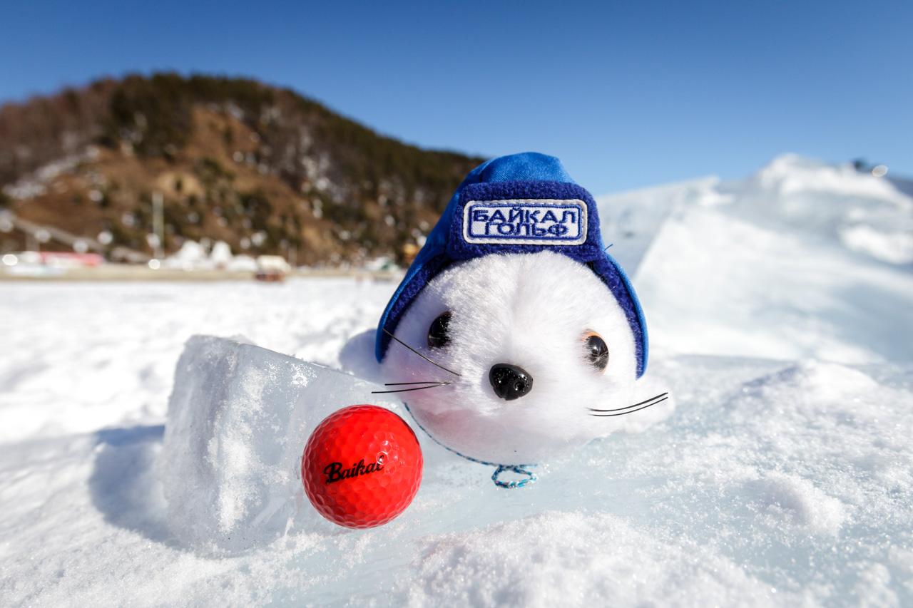 U golfu na ledu jedino što nije bijelo je loptica – crvena točka koja se ističe na pozadini snježne bjeline. Teren koji se proteže na oko 2 kilometra označen je neposredno na ledu Bajkala. Zastave su postavljene u rupama, kao i na normalnom golf terenu. Površina igrališta je raznolika i zahtjevna, sa snijegom prekrivenim zamkma, glatkim ledom i ledenom vodom između prepreka.