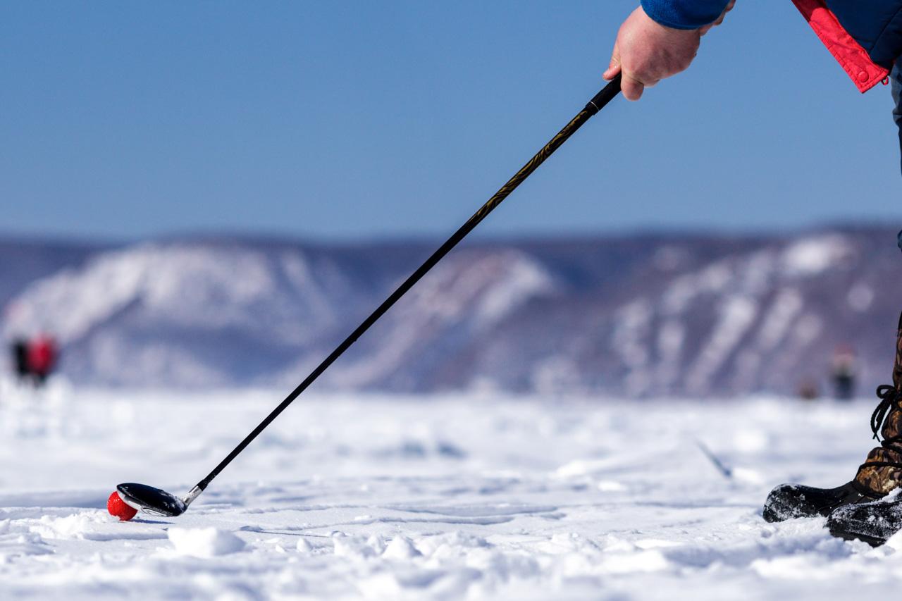 """""""Više volim golf na ledu od normalne verzije na travi, jer Bajkalsko jezero ima toliko neočekivanih prirodnih prepreka"""", kaže Aleksej Popov, jedan od sudionika natjecanja. Glavni arhitekti – vrijeme i jezero – ovdje rezbare i oblikuju razne ledene humke, """"ledopade"""" i grote, tako da se krajolik oko igrača može mijenjati i tijekom dana."""
